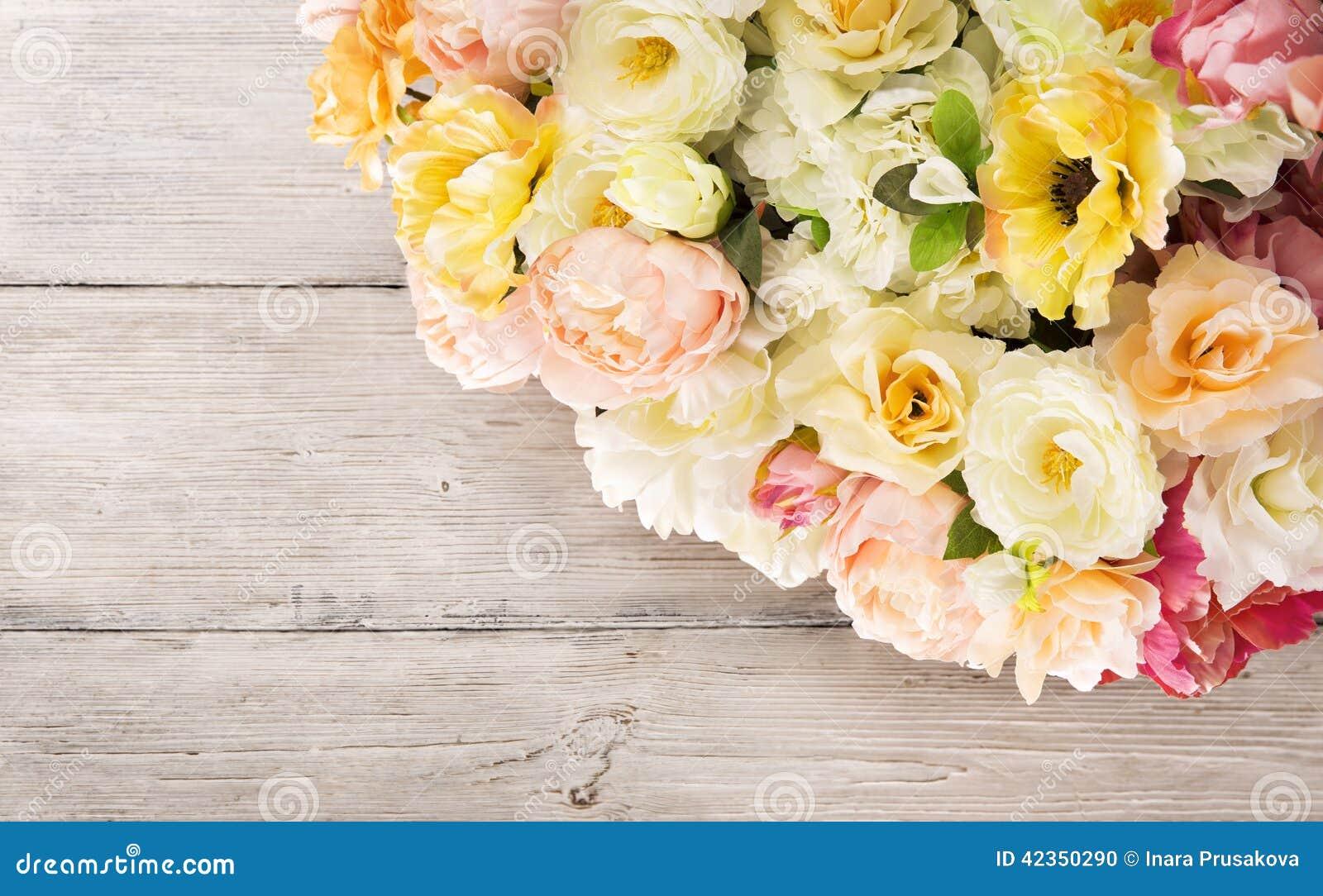 Florece el ramo de peonía, arreglo del verano, fondo de madera