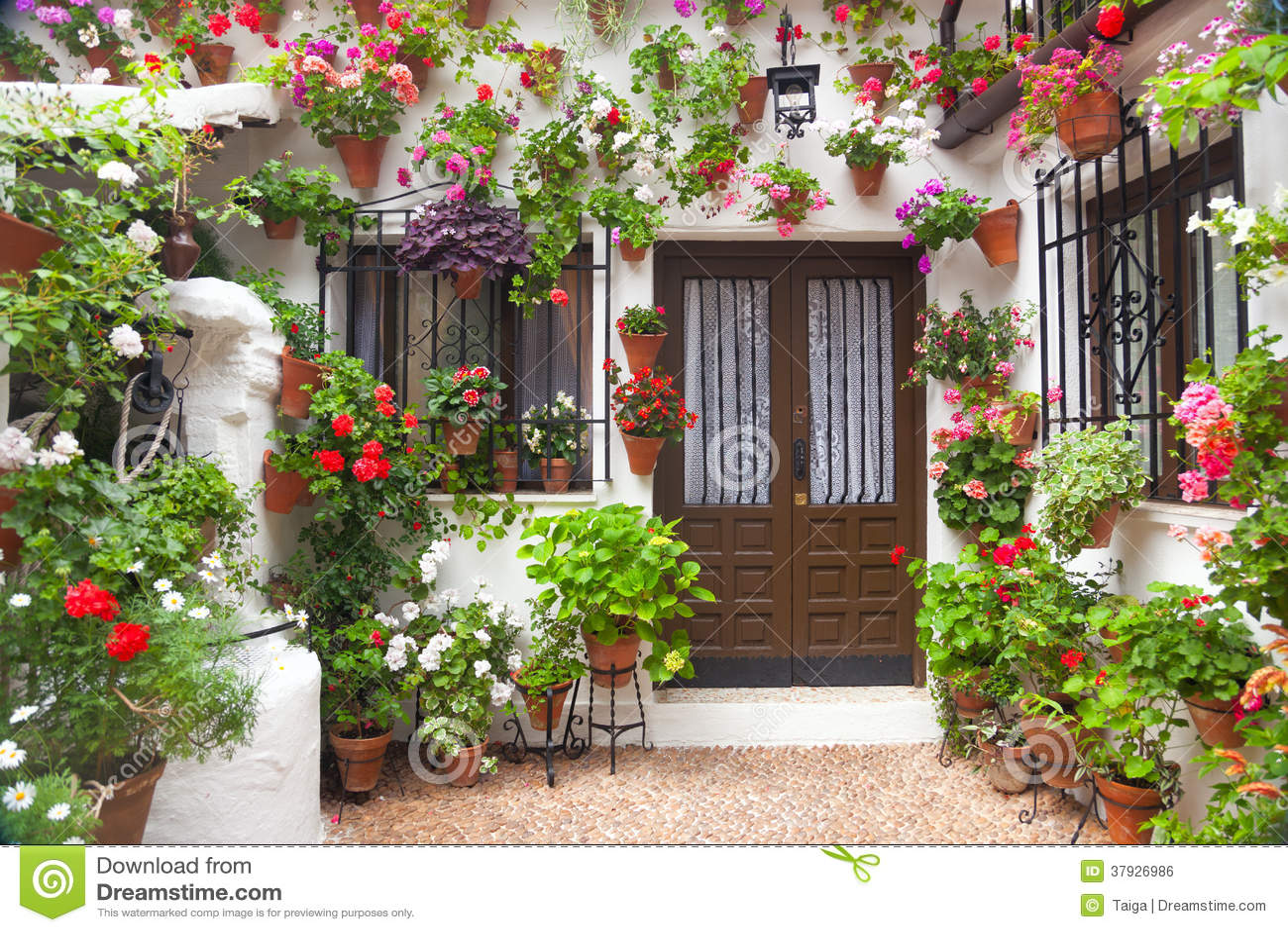 Florece la decoración del patio del vintage, España, Europa