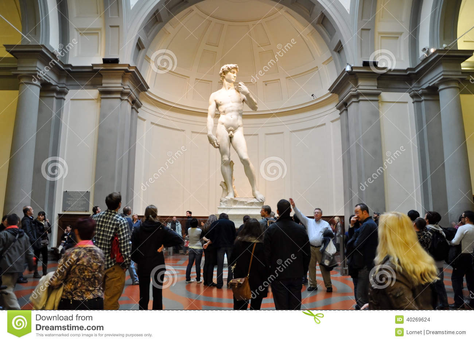 FLORENÇA 10 DE NOVEMBRO: Os turistas olham David por Michelangelo em novembro 10,2010 no dell Accademia da galeria em Florença. It