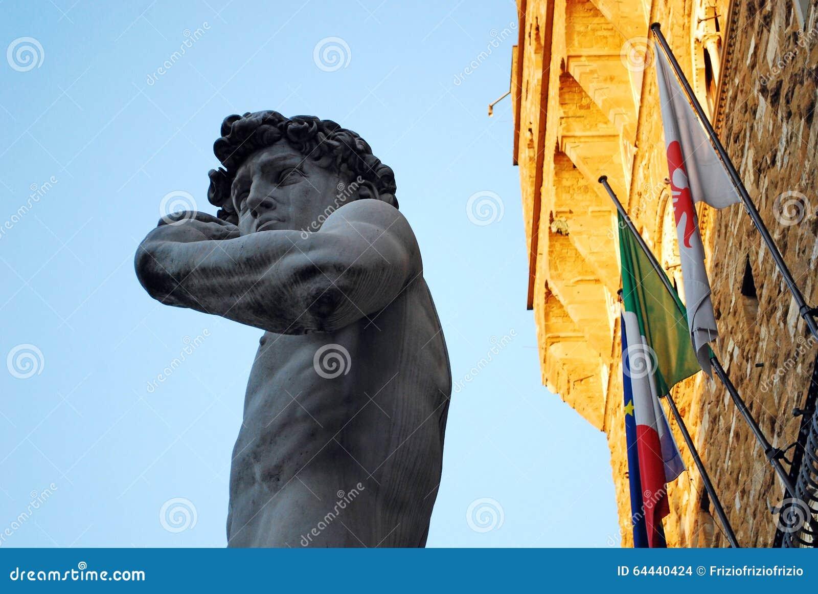 FLORENÇA, ITÁLIA - EM NOVEMBRO DE 2015: Estátua de David de Michelangelo Buonarroti, cópia no quadrado do Signoria