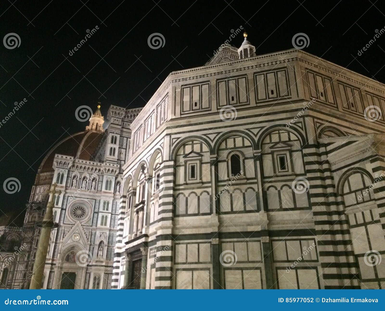 Florence Baptistery et la cathédrale de Santa Maria del Fiore la nuit