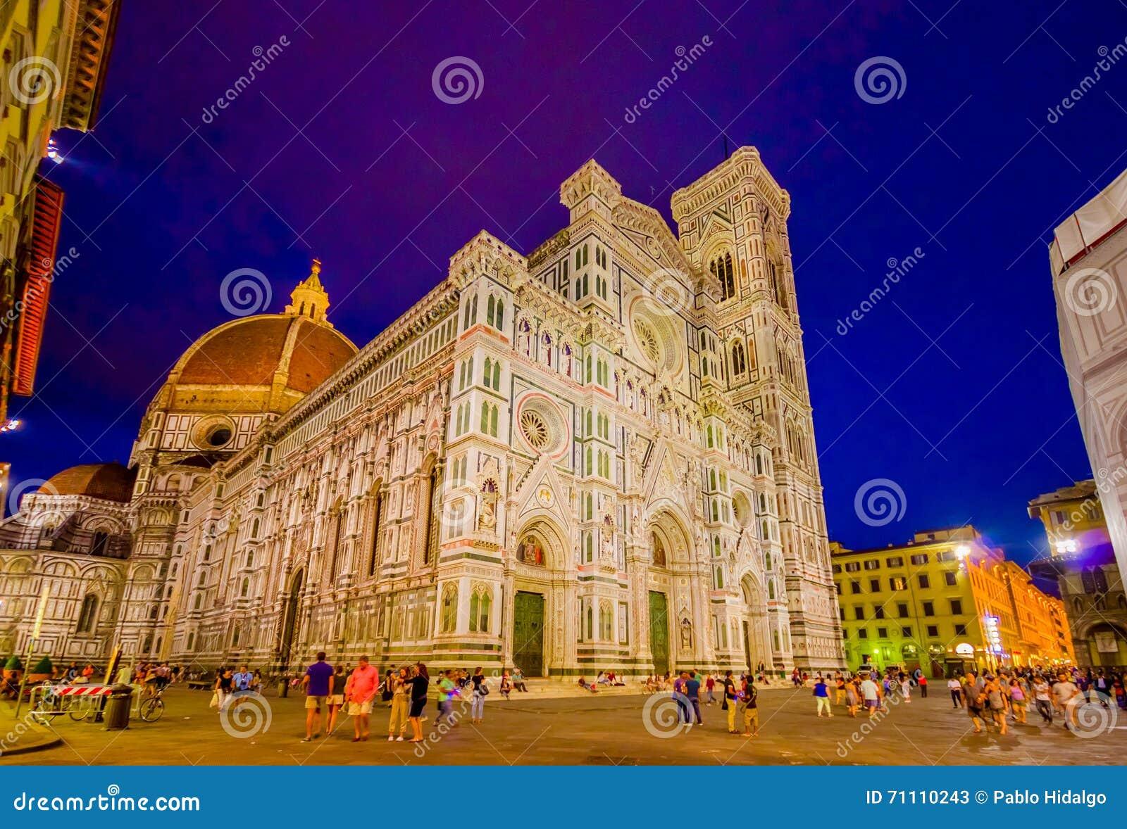 FLORENCE ITALIEN - JUNI 12, 2015: Solnedgång framme av Florence Cathedral, kontraster för blå himmel och luminated byggnad
