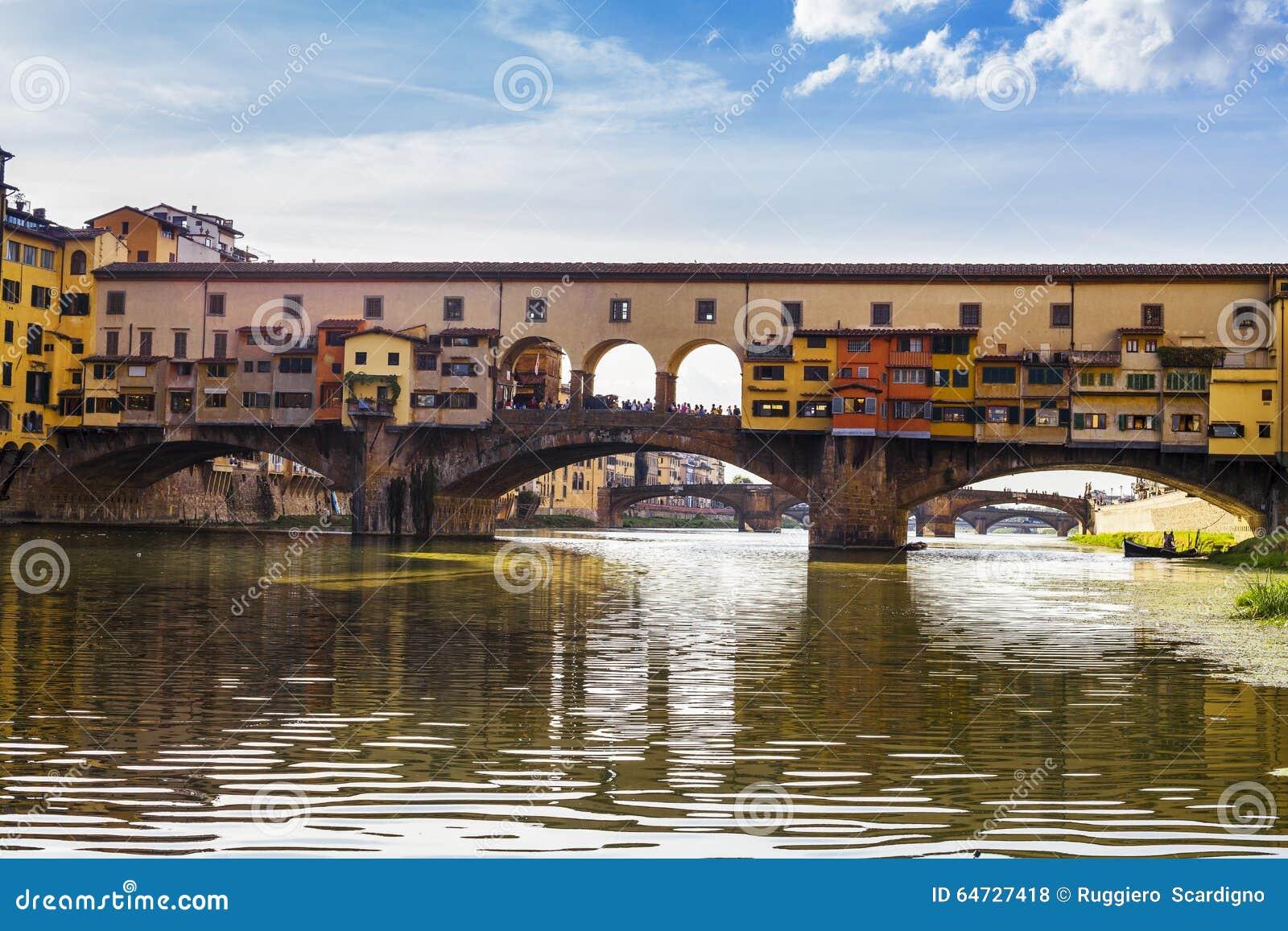 Florence italy för domkyrkastadsduomo reparation Sikt av den Ponte Vecchio bron i Italien