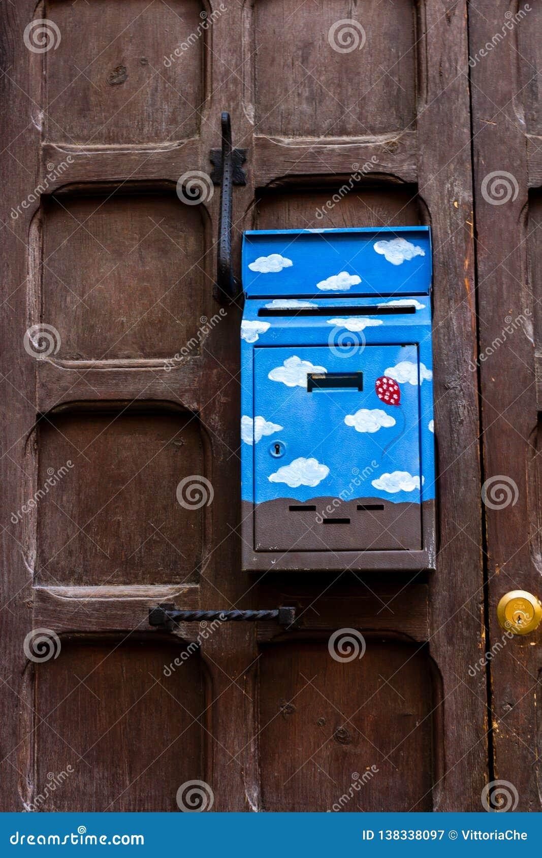 Florencia, Italia - 16 de marzo de 2012: Caja pasada de moda del poste con el dibujo lindo en la puerta marrón