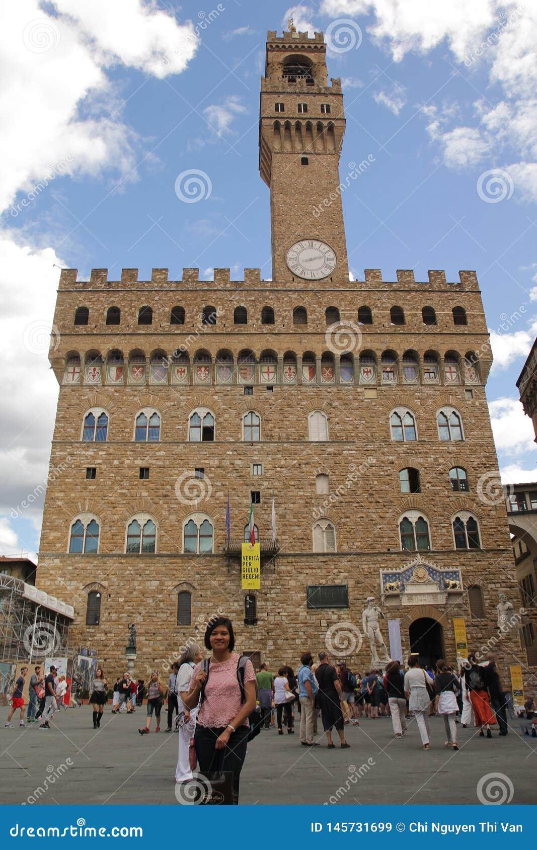 Florencia, Italia - septiembre 03,2017: Cuadrado hermoso de Della Signoria de la plaza en el cielo azul y la nube