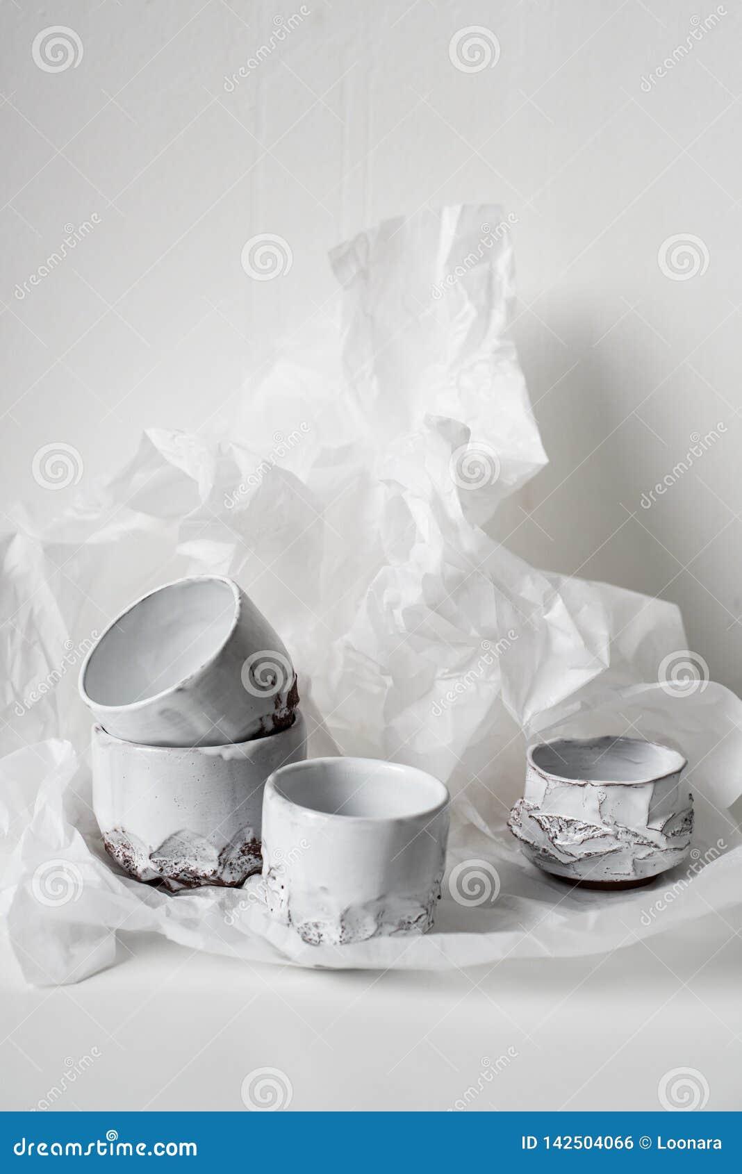 Florero de cerámica hecho a mano en el Libro Blanco abollado