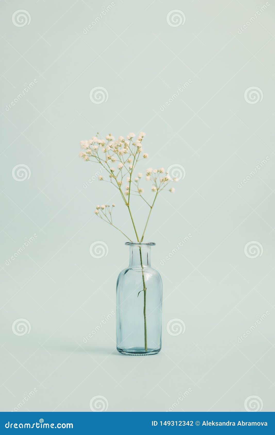 Florero de cristal con un peque?o ramo