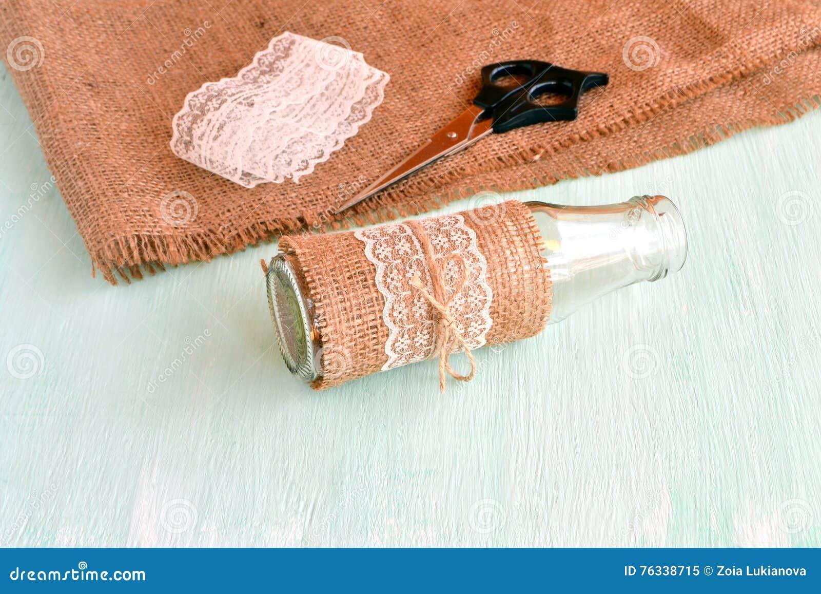 Florero vacío hecho a mano, tijeras, arpillera, cordón Fije para el florero hecho a mano Cómo hacer el florero Material reciclado