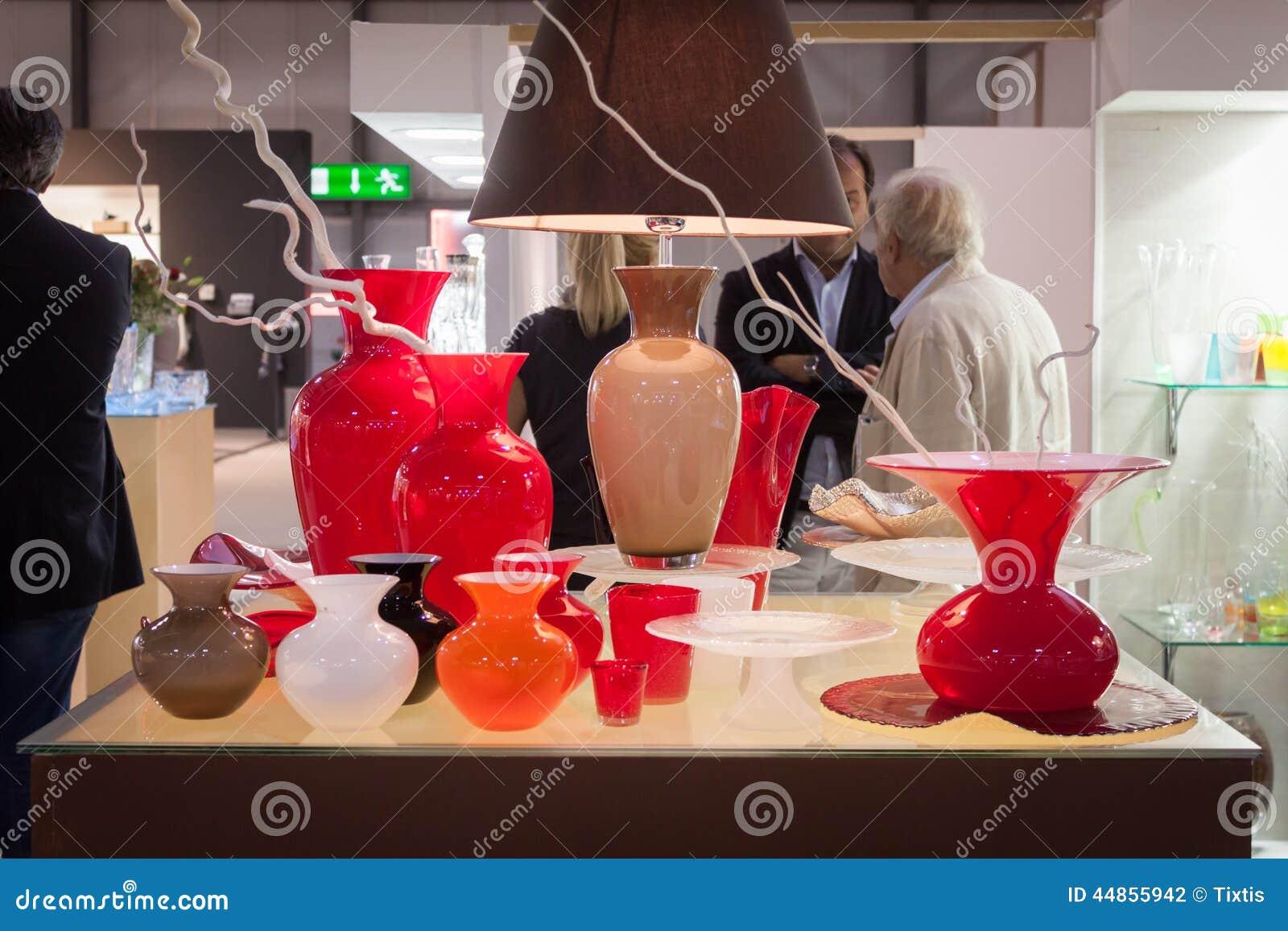 Floreros de cristal en la exhibición en HOMI, demostración internacional del hogar en Milán, Italia