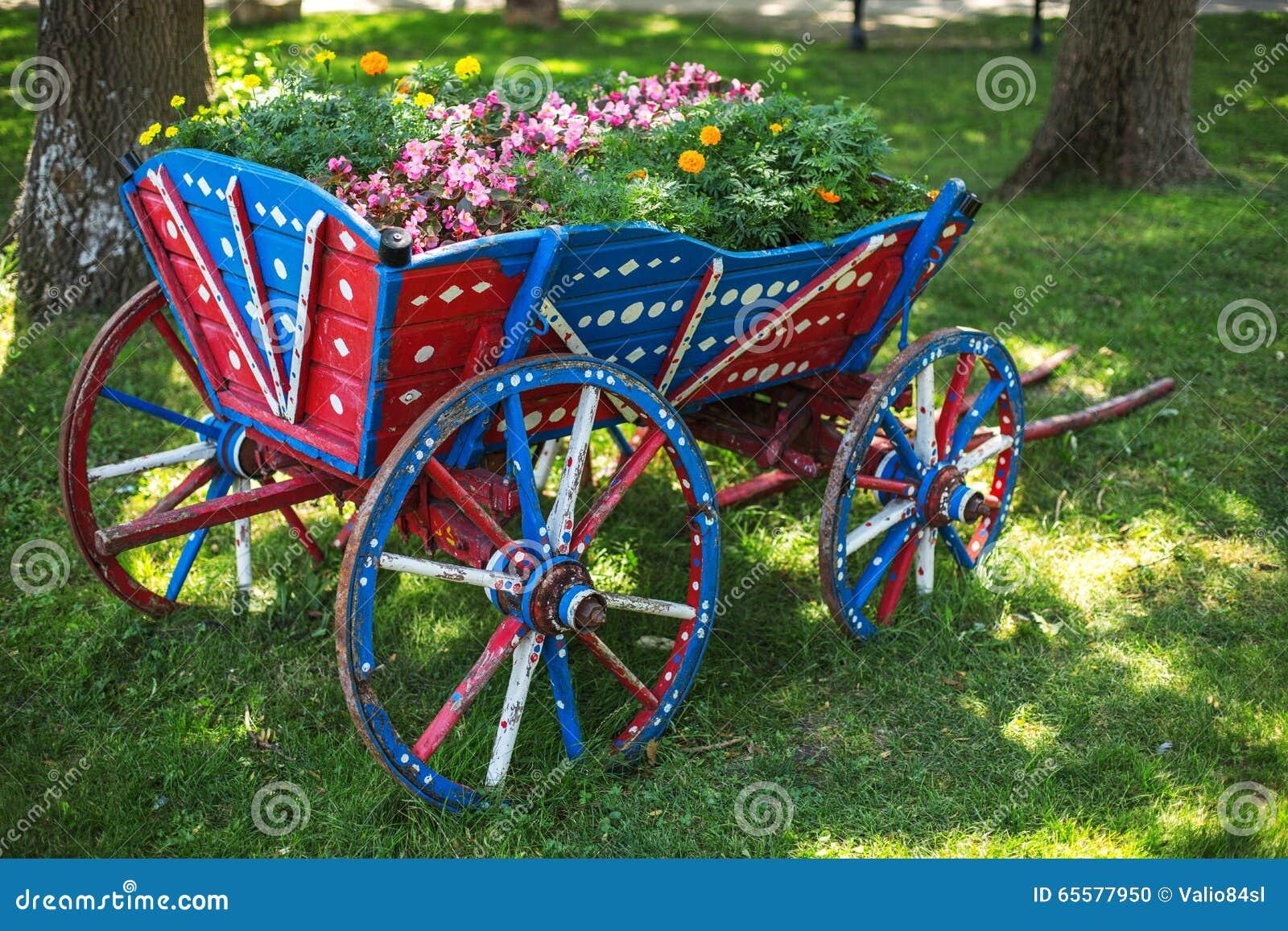 Floresça a decoração no jardim e no vagão de madeira