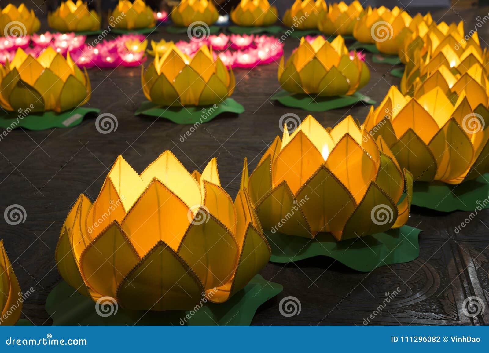 Floresça festões e lanternas coloridas para comemorar o aniversário do ` s da Buda na cultura oriental São feitos de cortar o pap