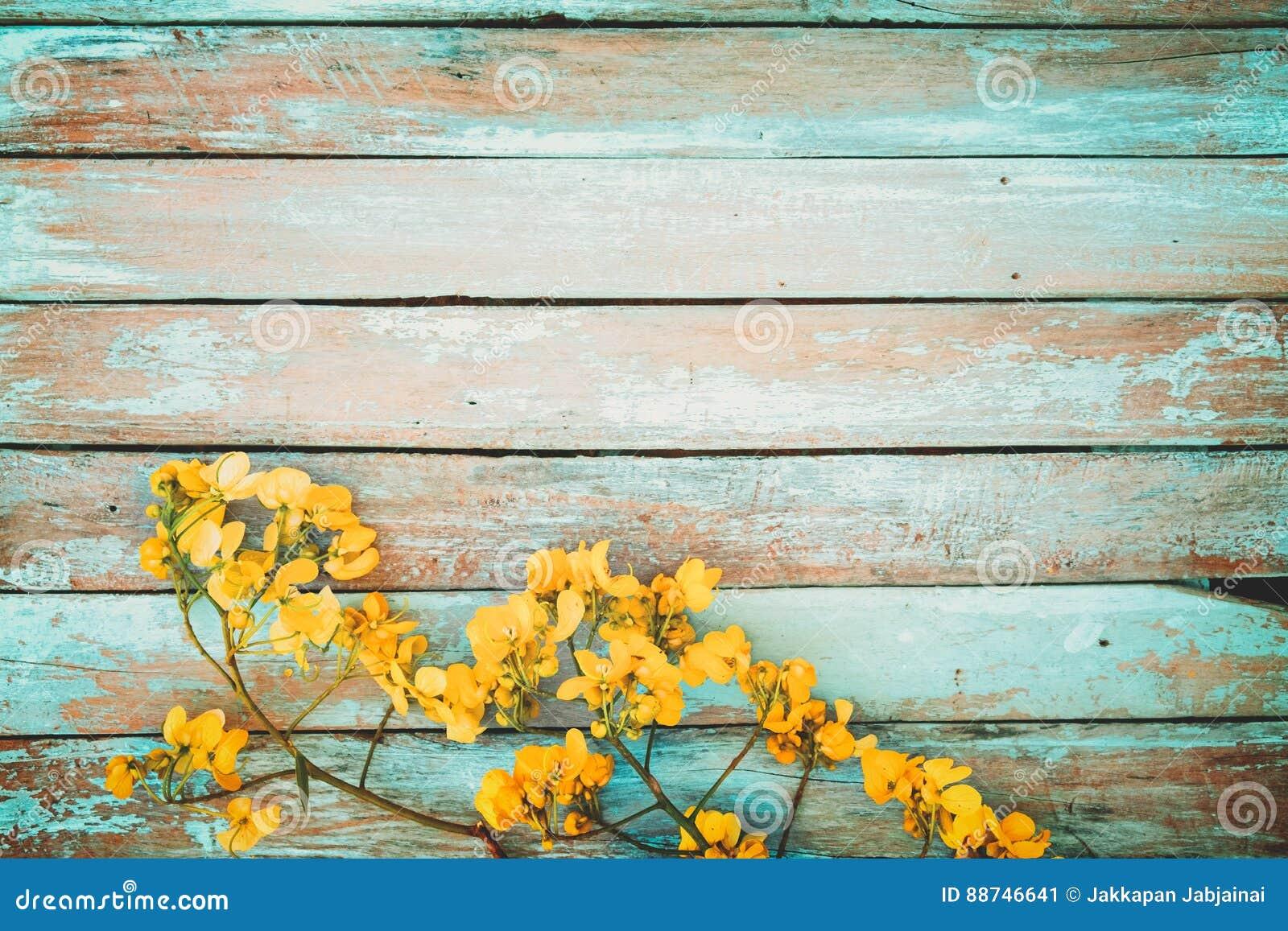 Fondo De Madera Vintage Con Flores Blancas Manzana Y: Flores Amarillas En Fondo De Madera Del Vintage, Imagen De