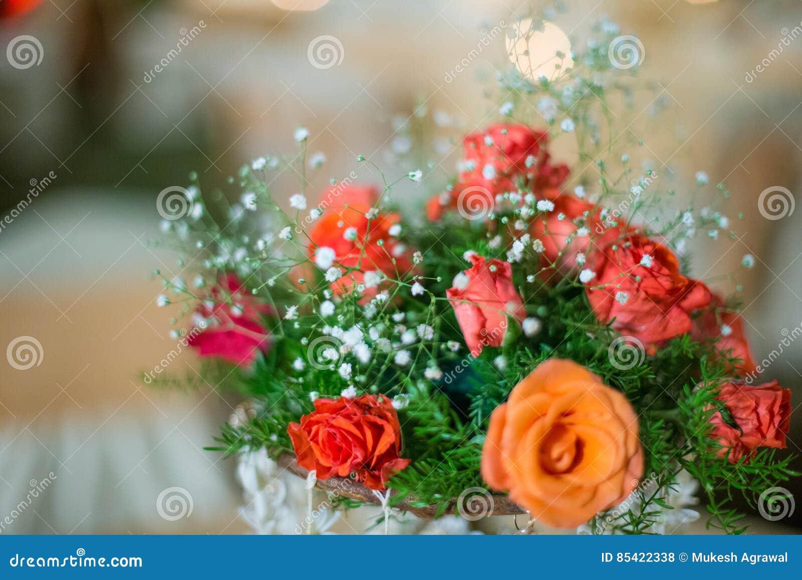 Flores artificiais da decoração colorida no tiro da noite