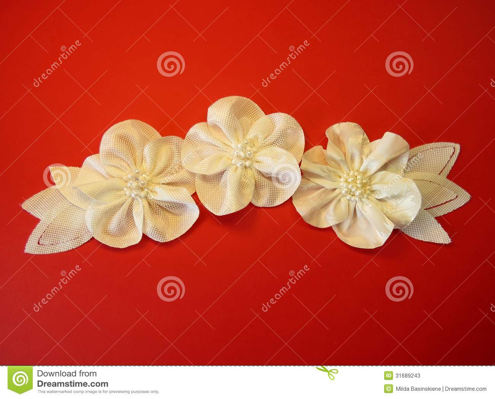 Flores artificiales blancas de la tela fotos de archivo - Flores de telas hechas a mano ...
