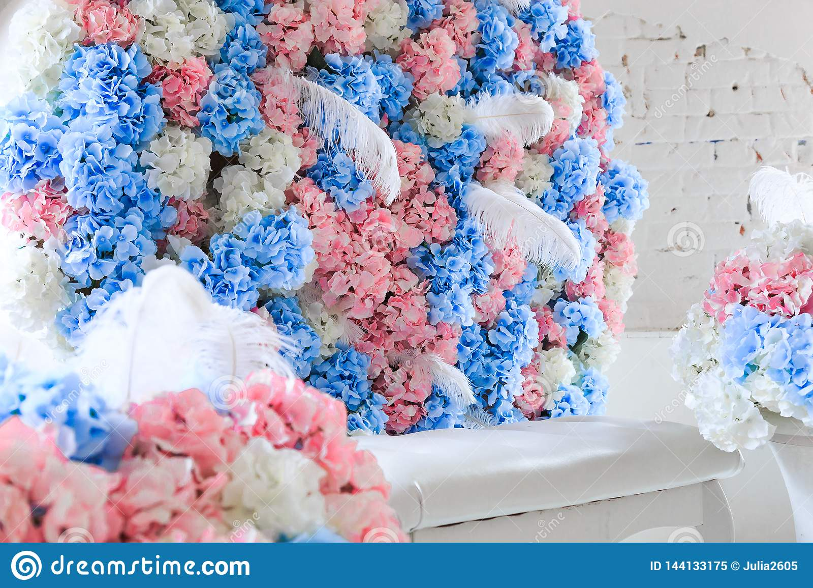 Flores azuis e cor-de-rosa no interior