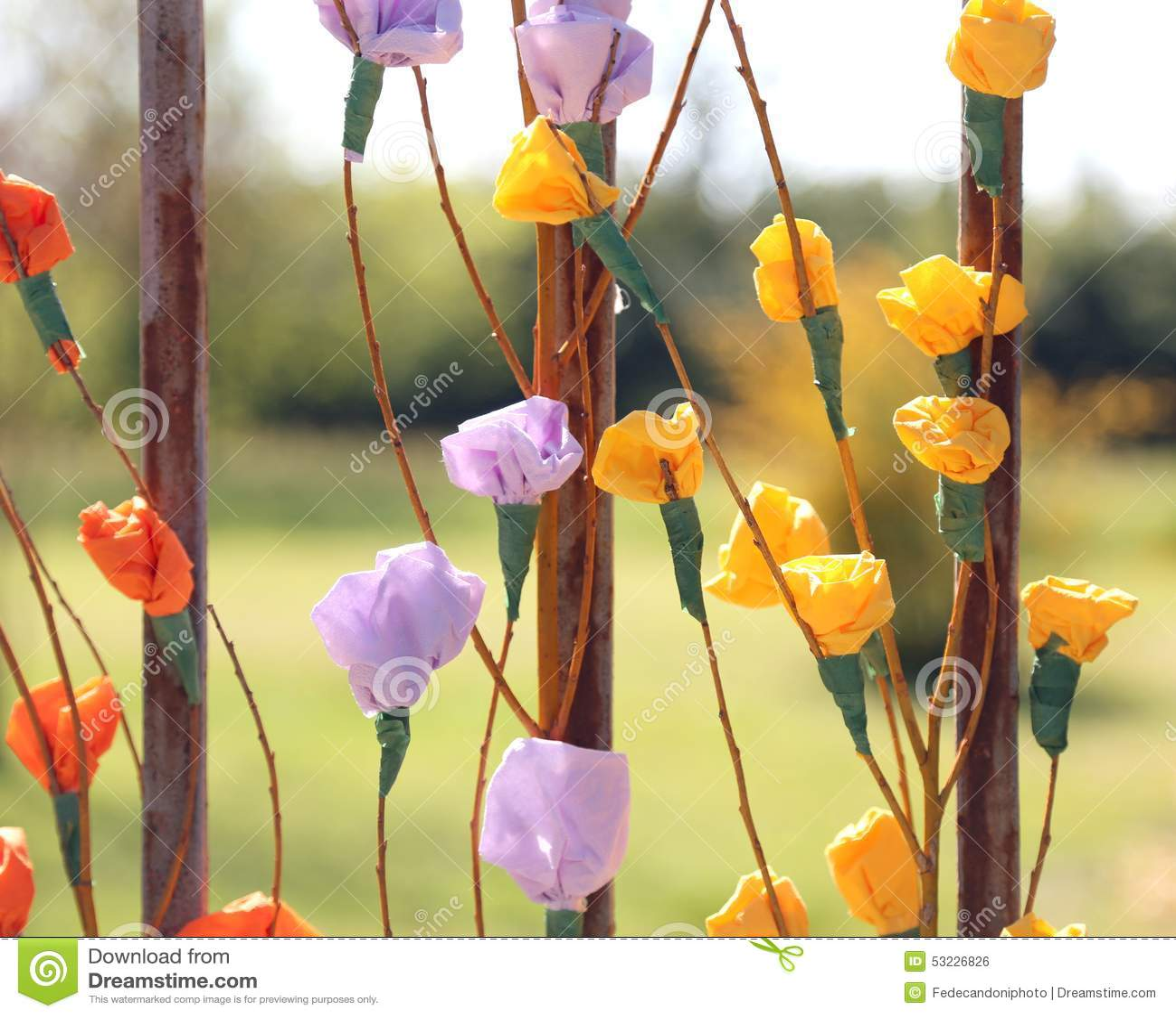 Flores coloridas y rosas hechas del papel