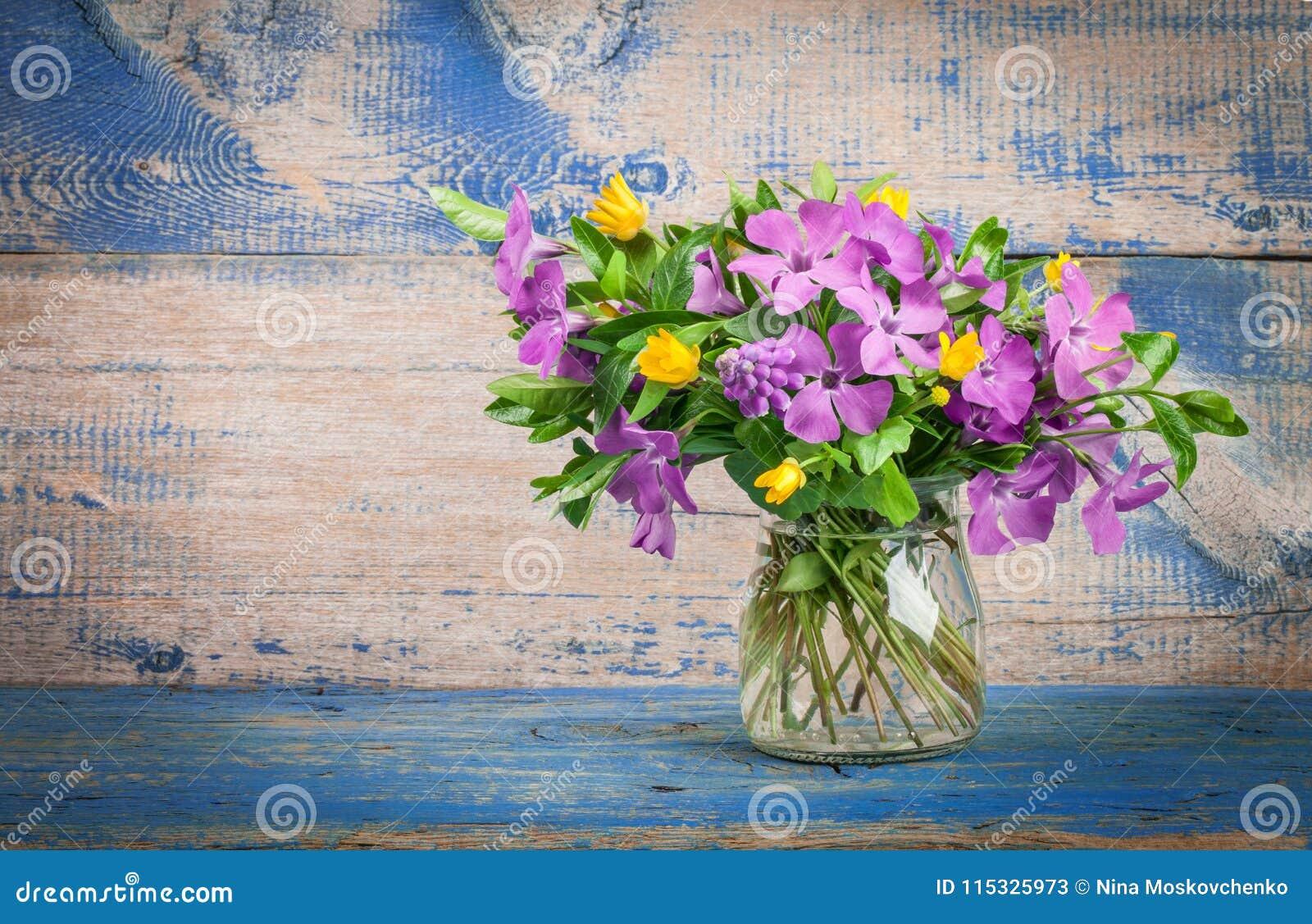 Flores da mola no vaso de vidro