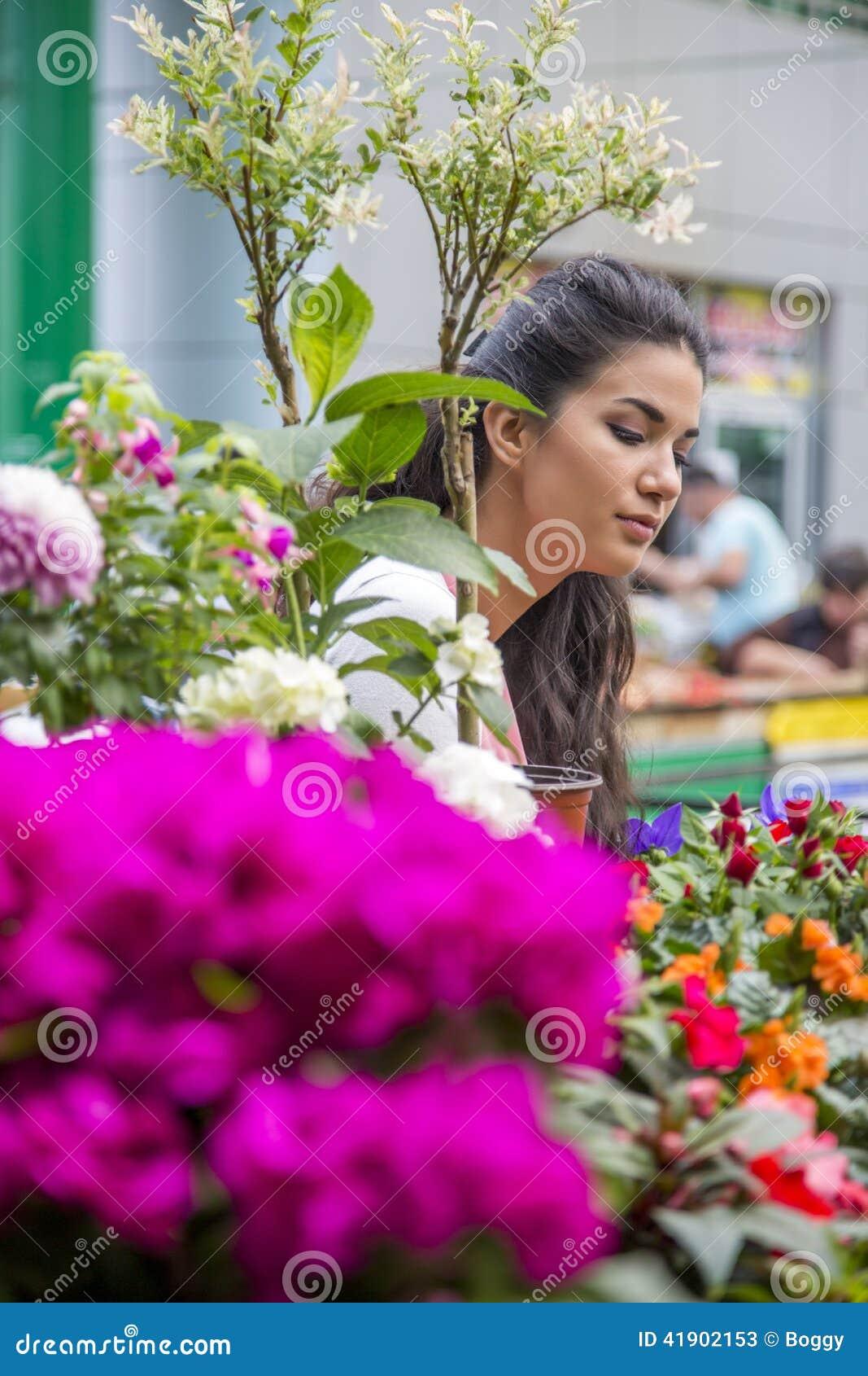 Flores de compra de la mujer joven
