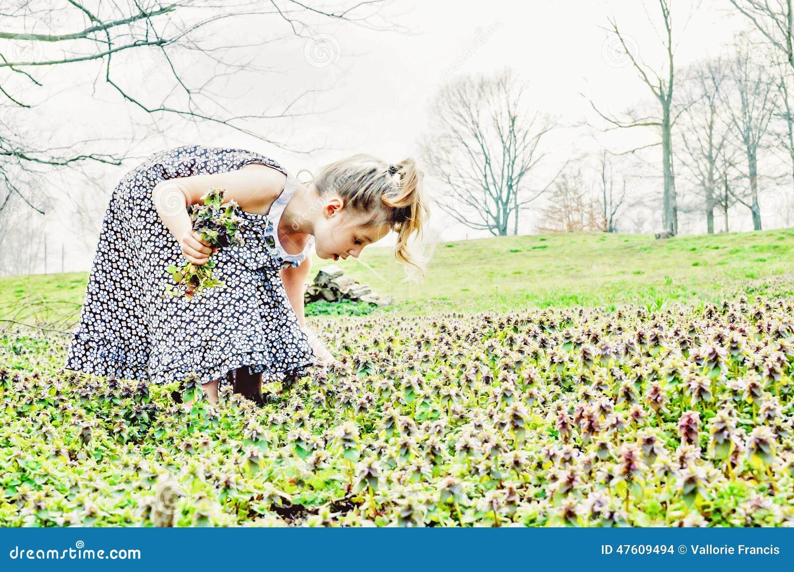 Flores de la cosecha de la chica joven