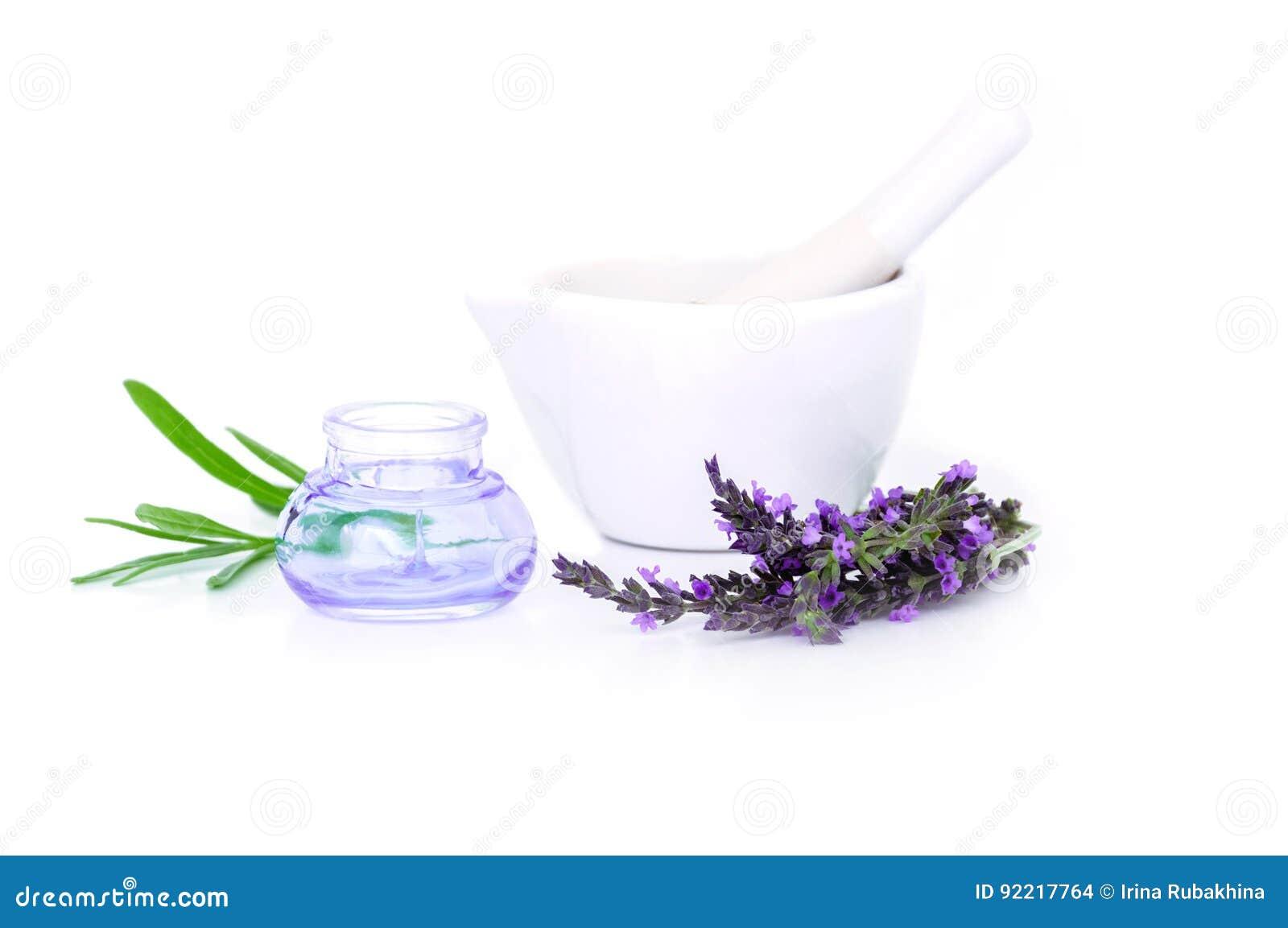 Flores de la lavanda, extracto del lavander y montar con las flores secas aisladas en blanco