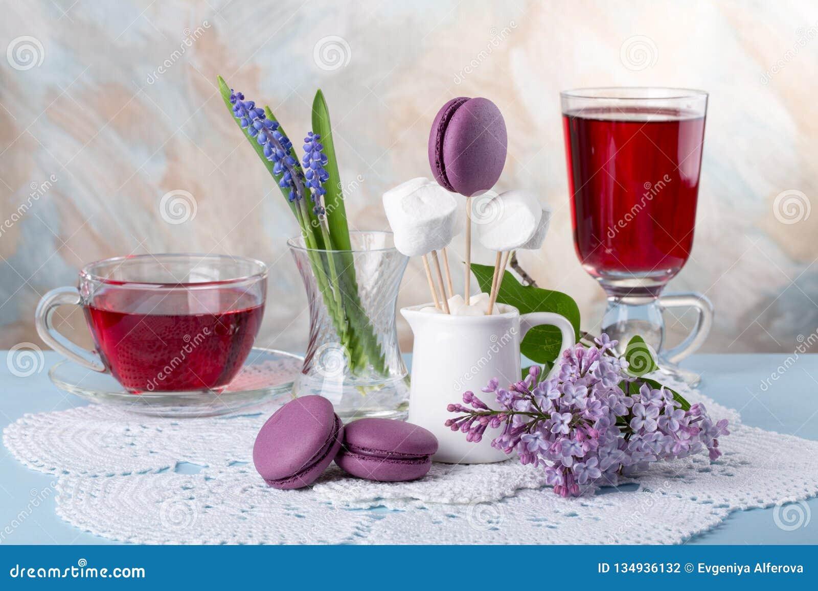 Flores de la lila y galletas francesas púrpuras de los macarrones