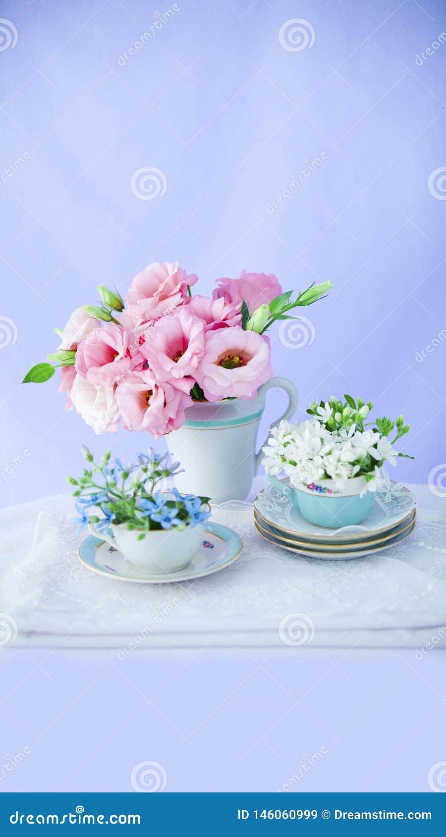 Flores e grupo 2 cor-de-rosa de copos de café
