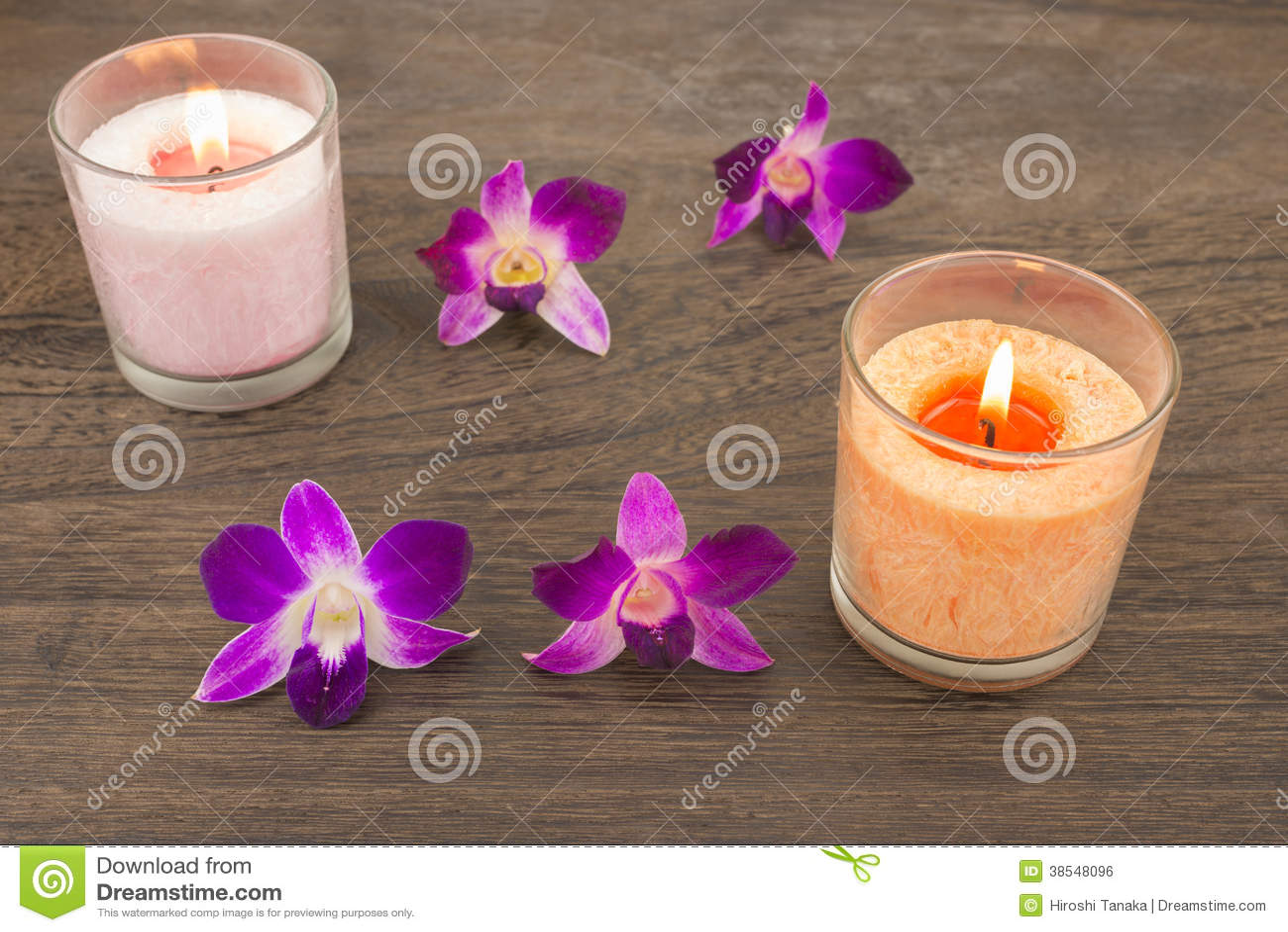 Flores e velas da orquídea