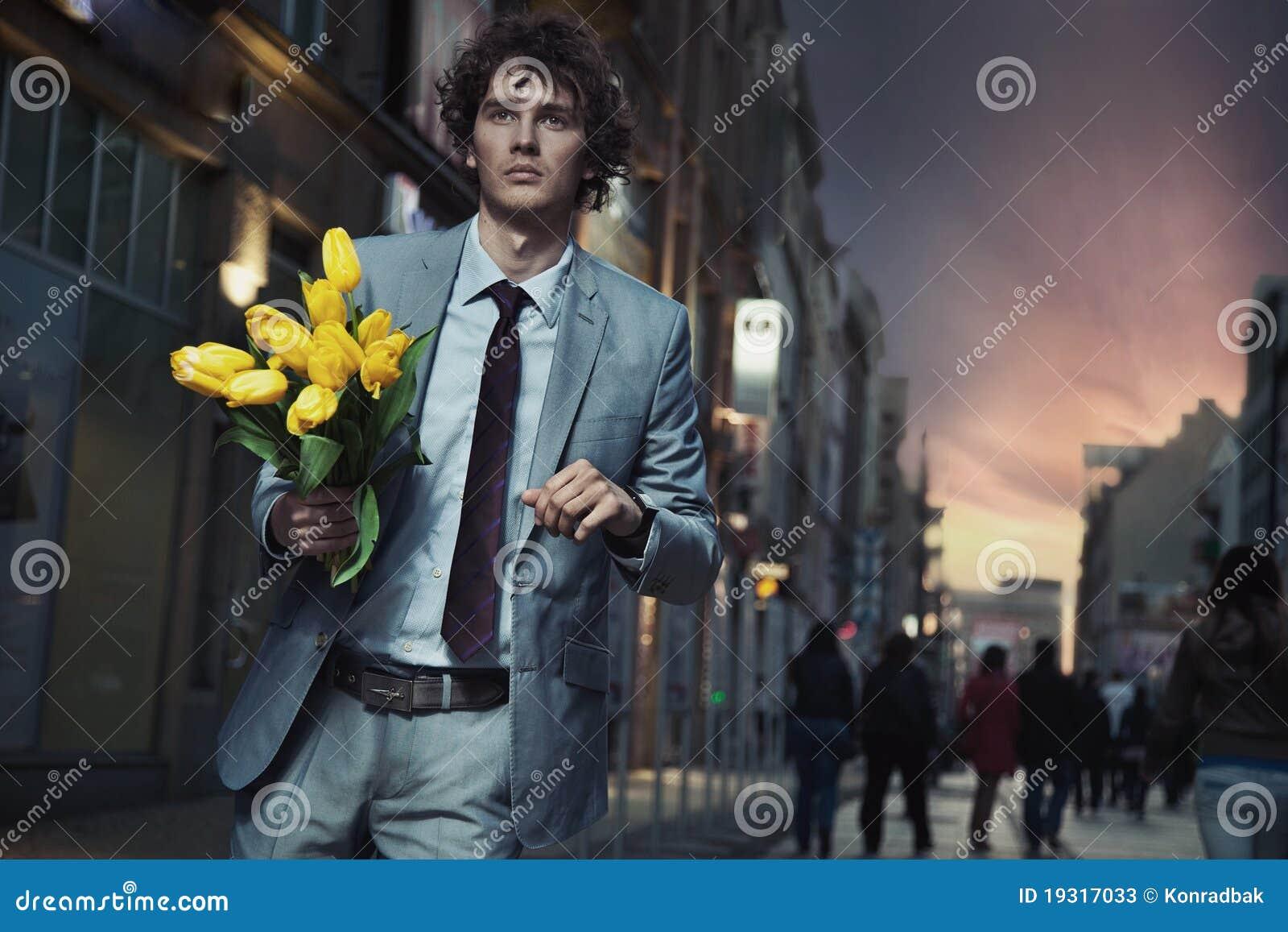 Flores elegantes da terra arrendada do homem