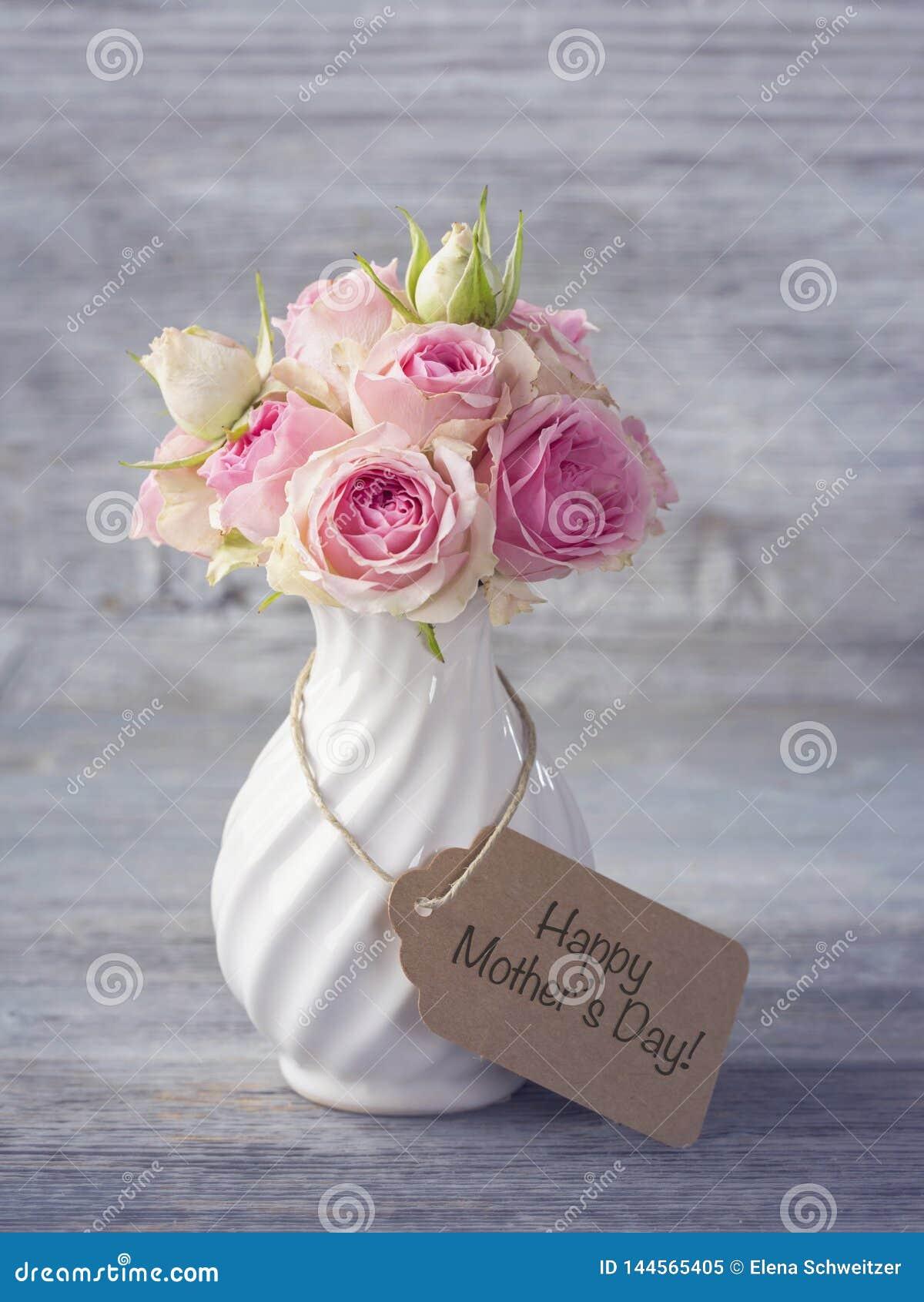 Flores em um vaso branco