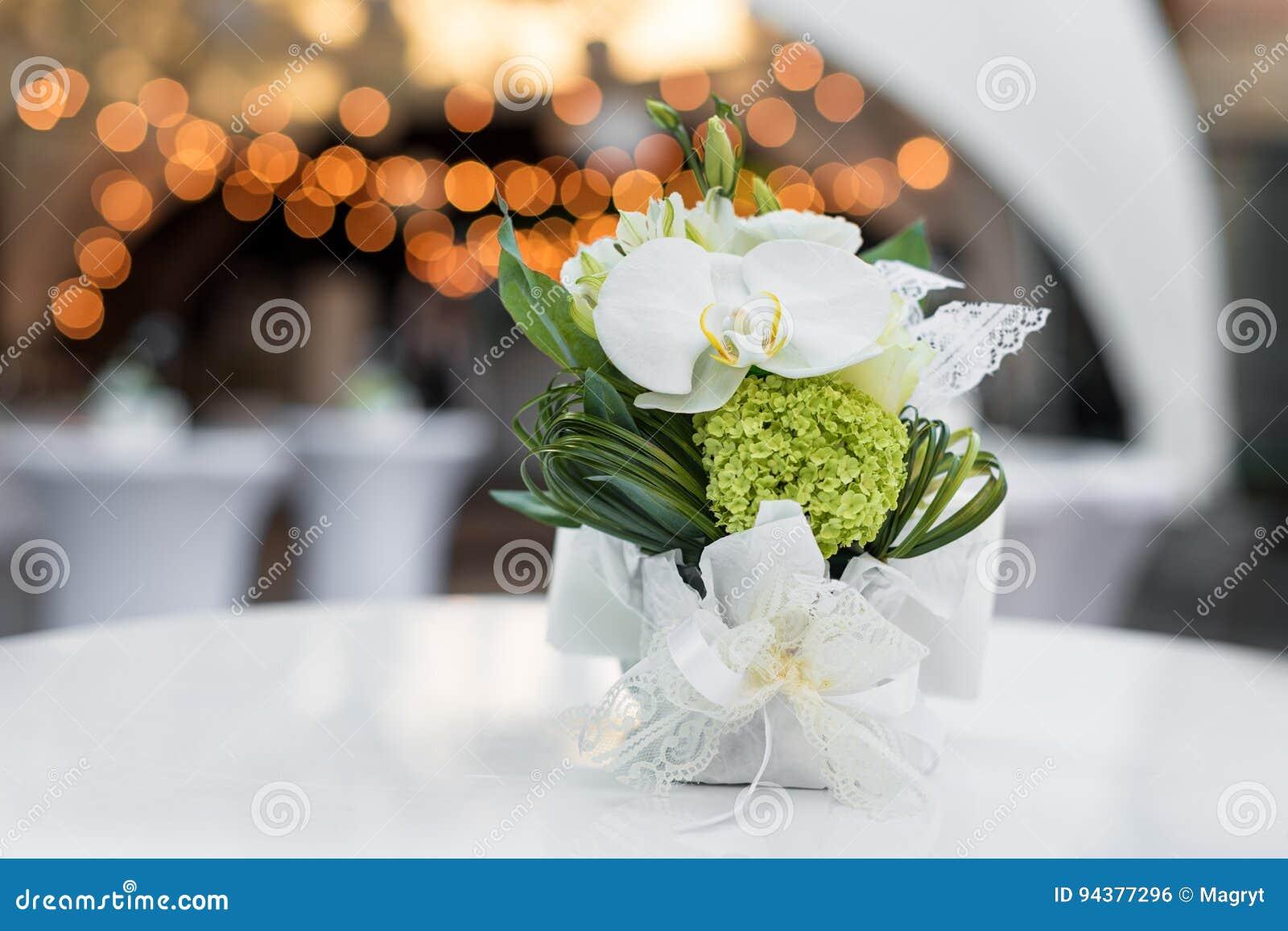 Flores En La Tabla En Restaurante Al Aire Libre Interior De