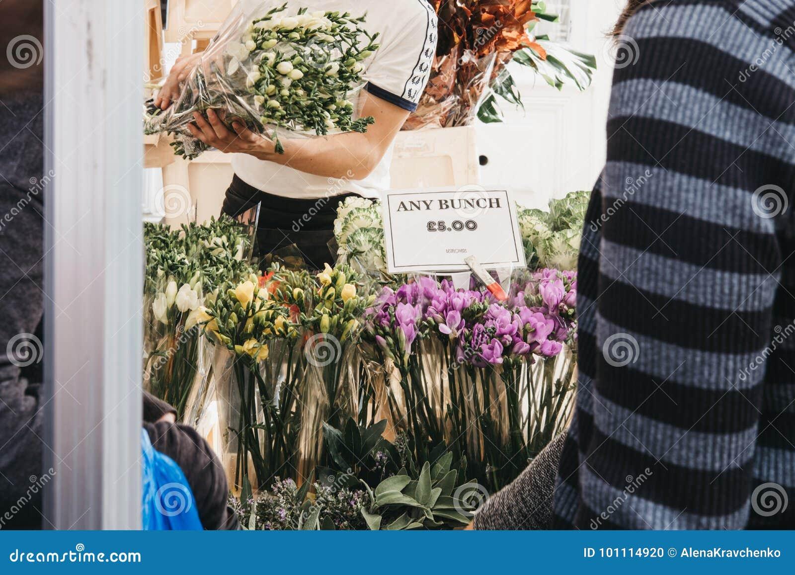 Flores en la venta en el mercado de la flor del camino de Columbia, Londres