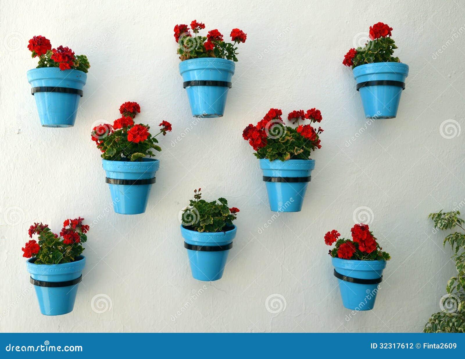 Flores en maceta en la pared fotograf a de archivo - Macetas de pared ...