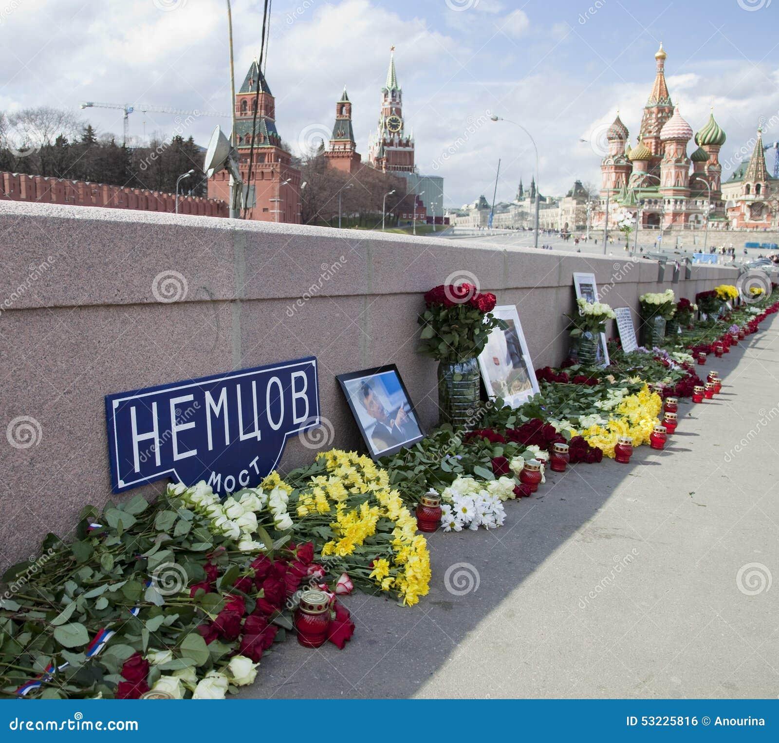Flores en un lugar del asesinato del oposicionista Boris Nemtsov