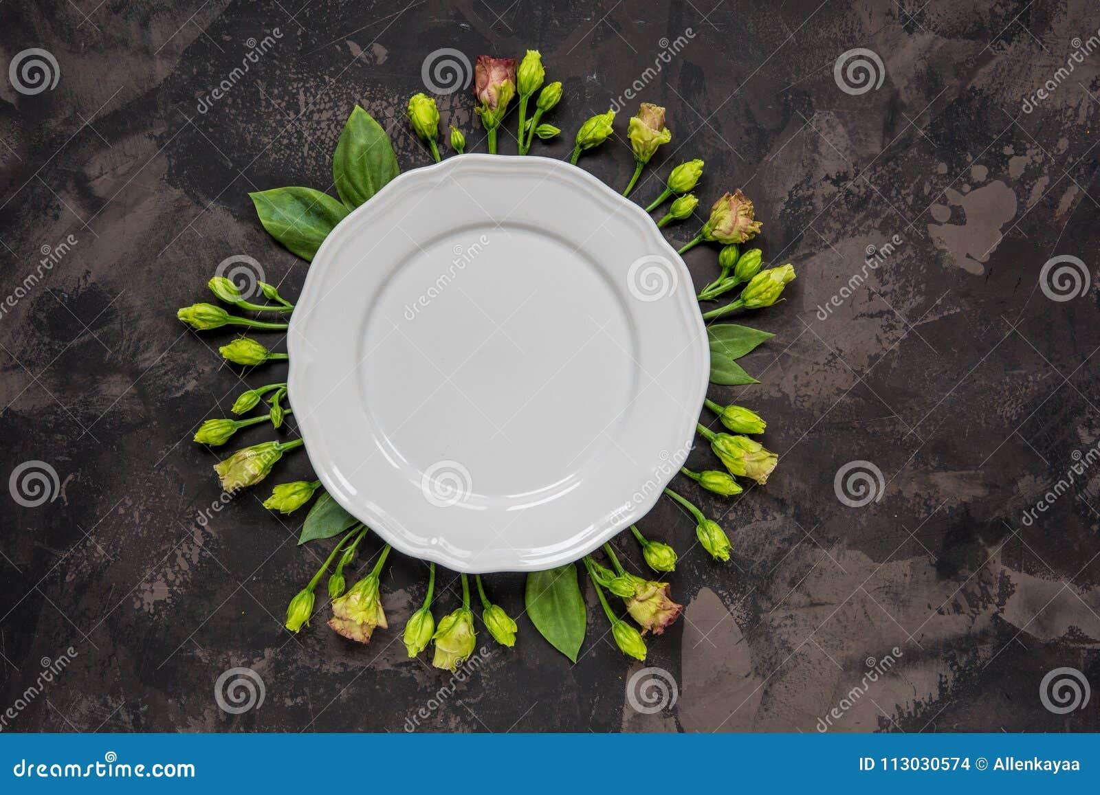 Flores enmarcadas placa vacía, visión superior Placa sobre lisianthus en a