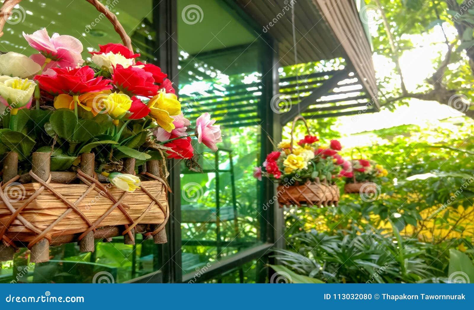 Flores frescas en la cafetería