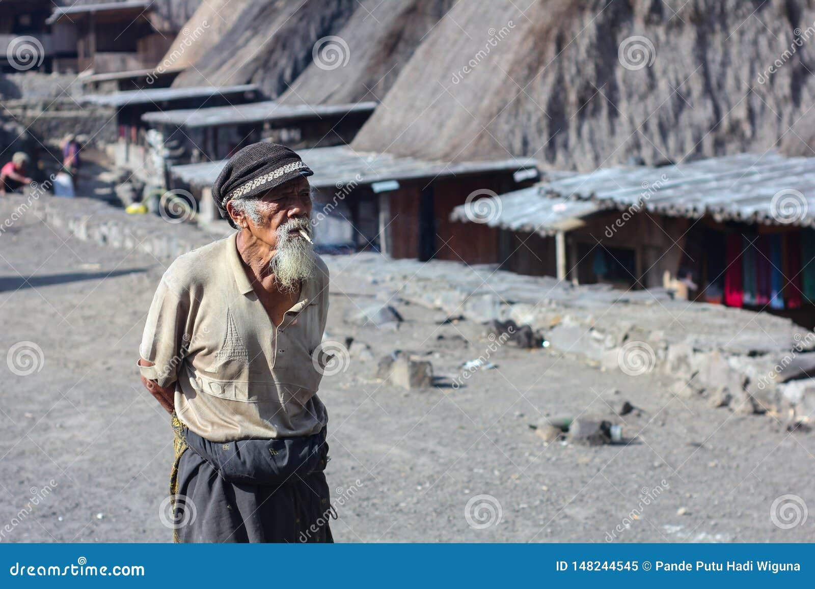 06 flores/indonesia-NOVEMBER 2012: Een landschap van een oud dorp riep Bena-dorp in Flores en een grootvader kleedde zich in a