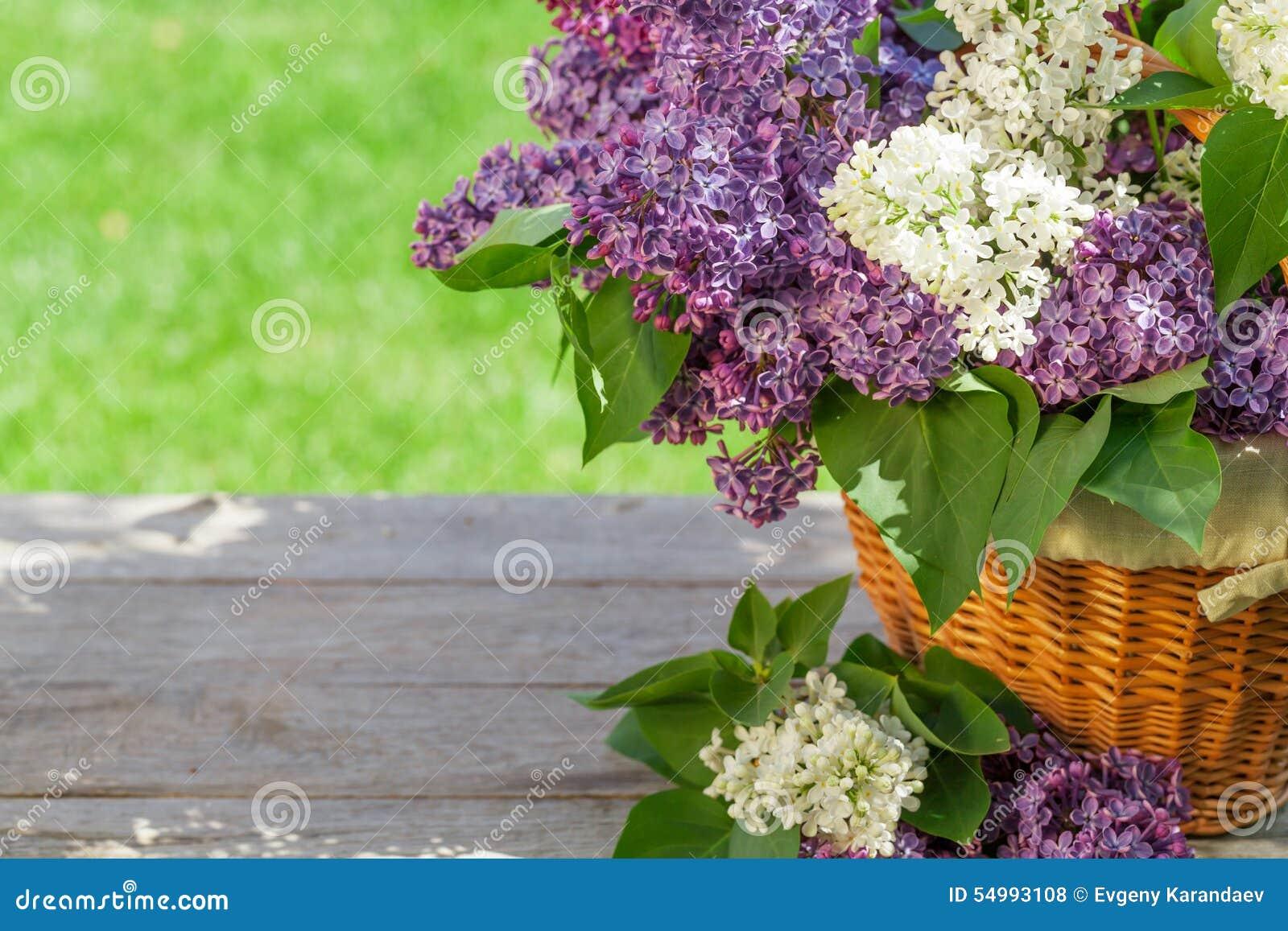 Flores lilás coloridas na cesta