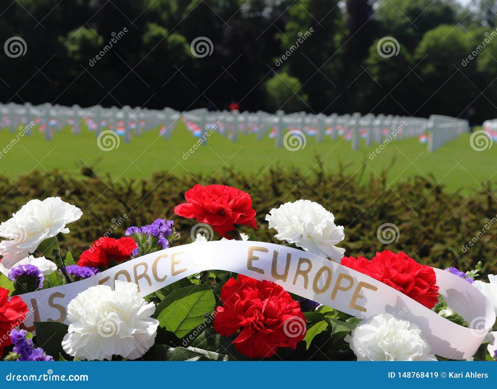 Flores para Memorial Day em um cemit?rio de WWII