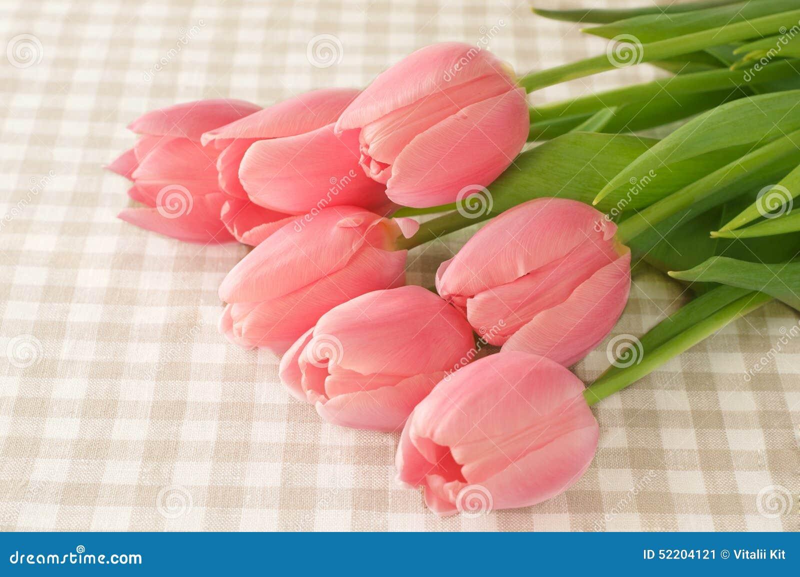 flores preciosas del tulipn en la tabla