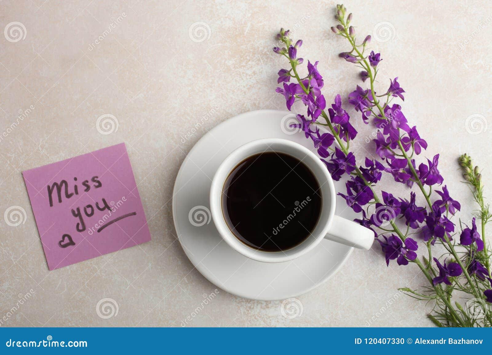 Flores, una taza de té y una nota