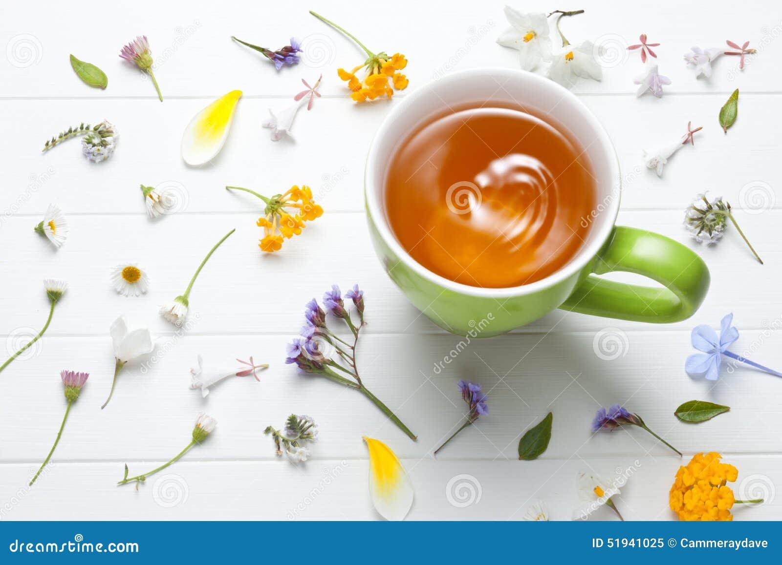 Flores verdes de la taza del té