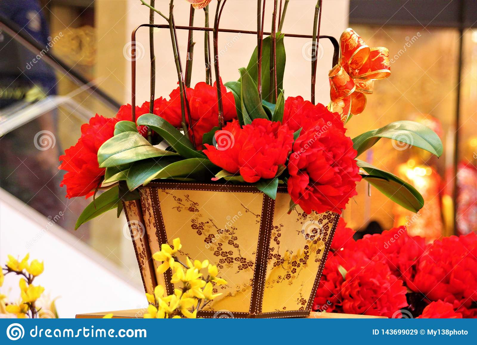 Flores vermelhas chinesas da decoração do ano novo no pavilhão, Kuala Lumpur Malaysia