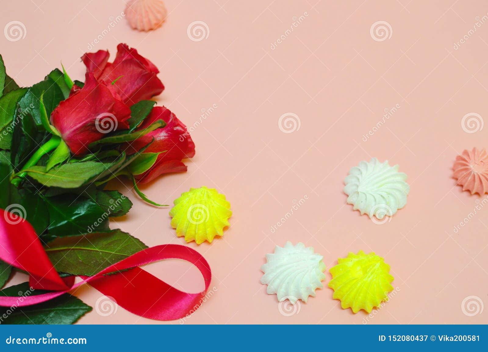 Flores vermelhas em um fundo cor-de-rosa com espaço da cópia