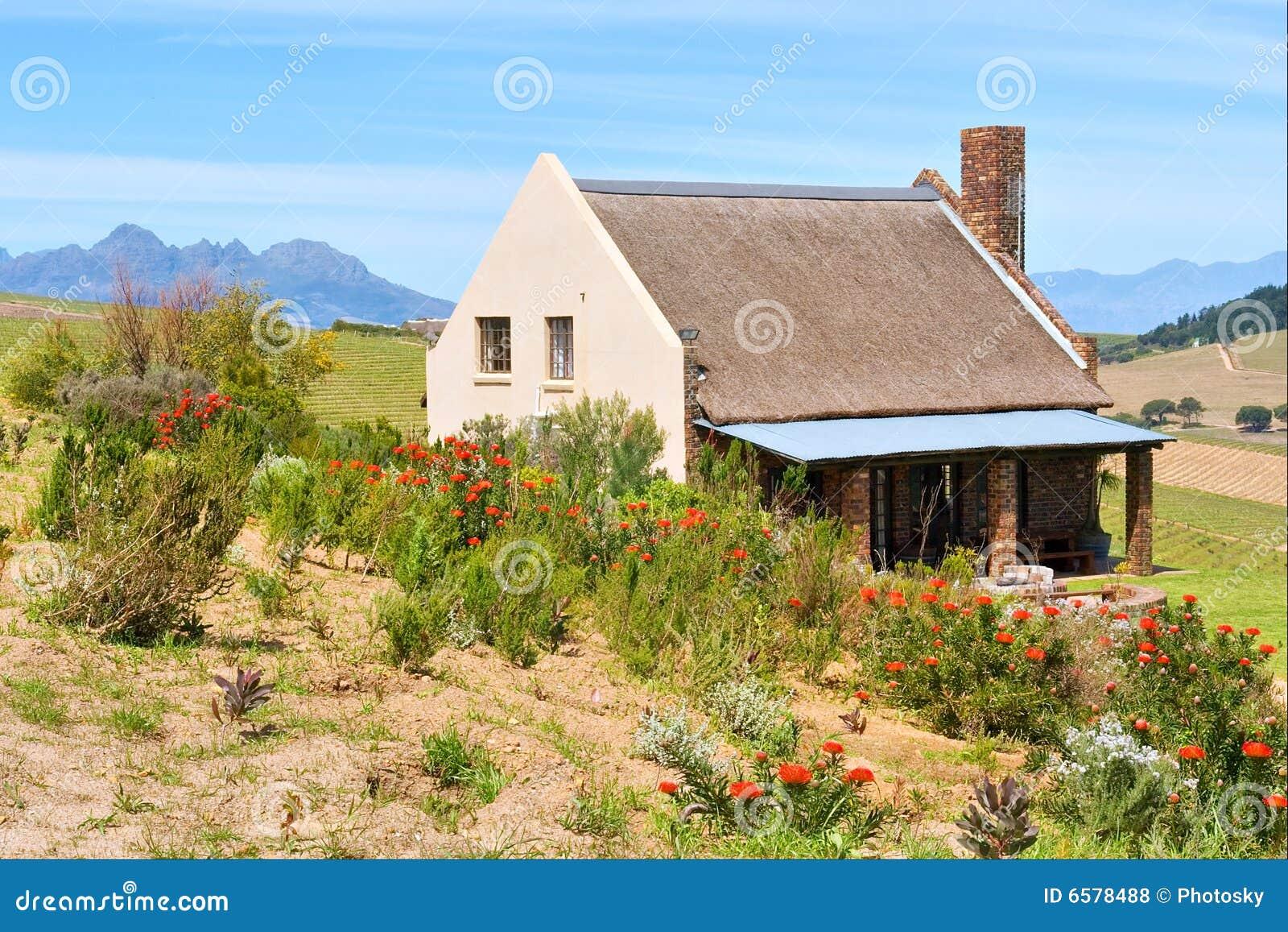 Flores vermelhas na frente da casa africana do winefarm for Piani casa africani gratis