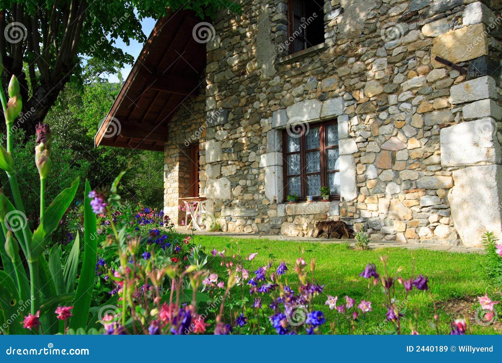 Flores y casa vieja imagen de archivo imagen de bot nico for Casa y jardin tienda madrid