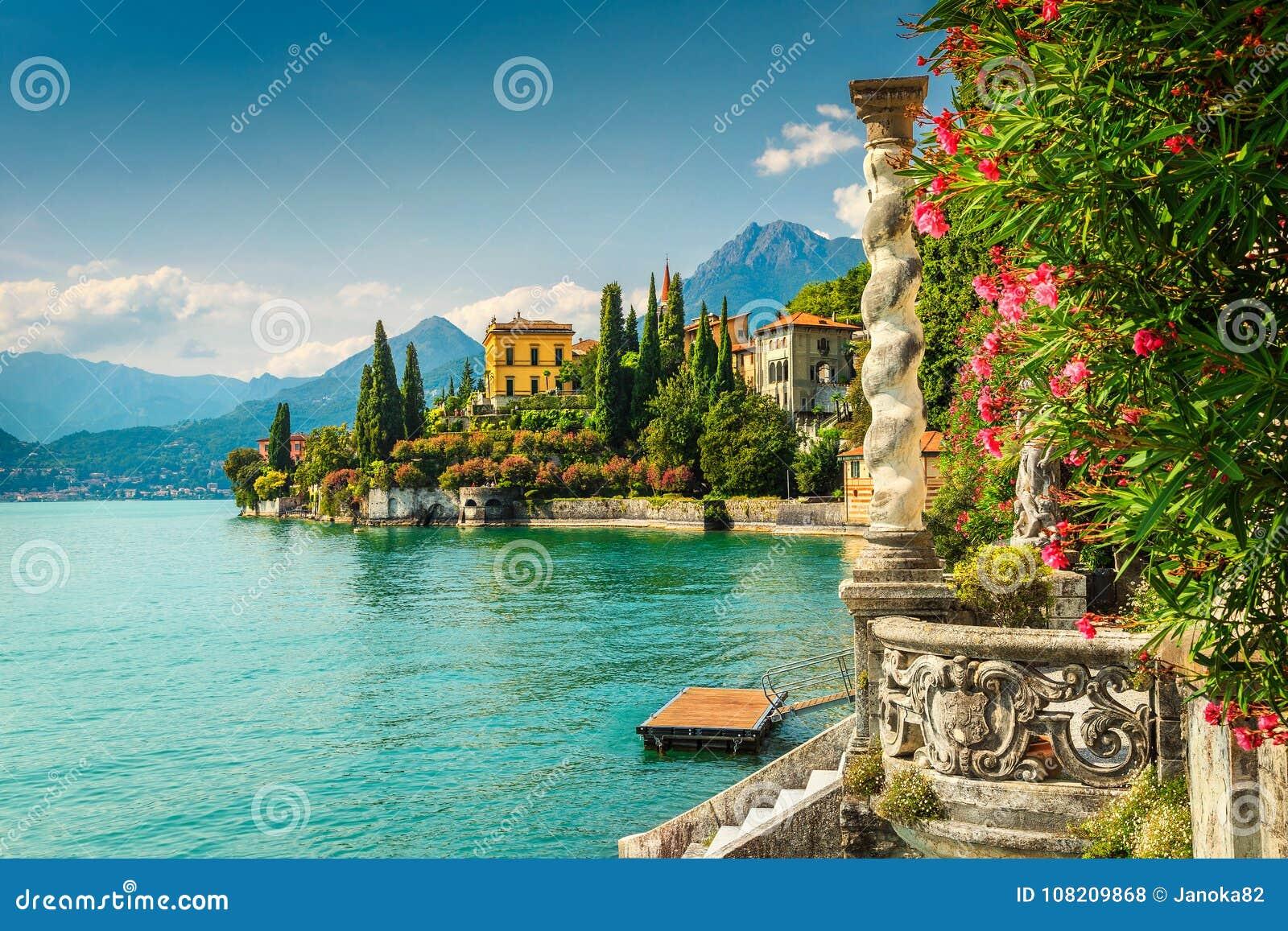 Flores y chalet Monastero del adelfa en el fondo, lago Como, Varenna