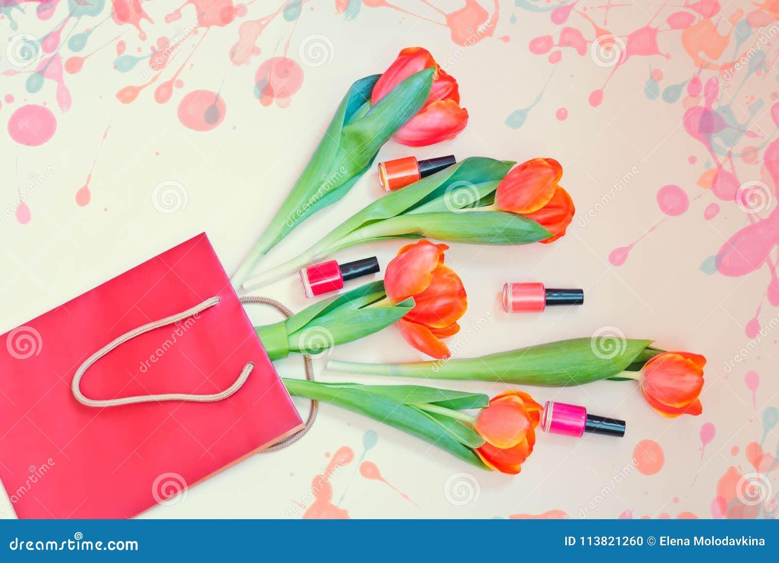 Flores Y Esmaltes De Uñas Anaranjados Frescos Del Tulipán En Bolsa ...
