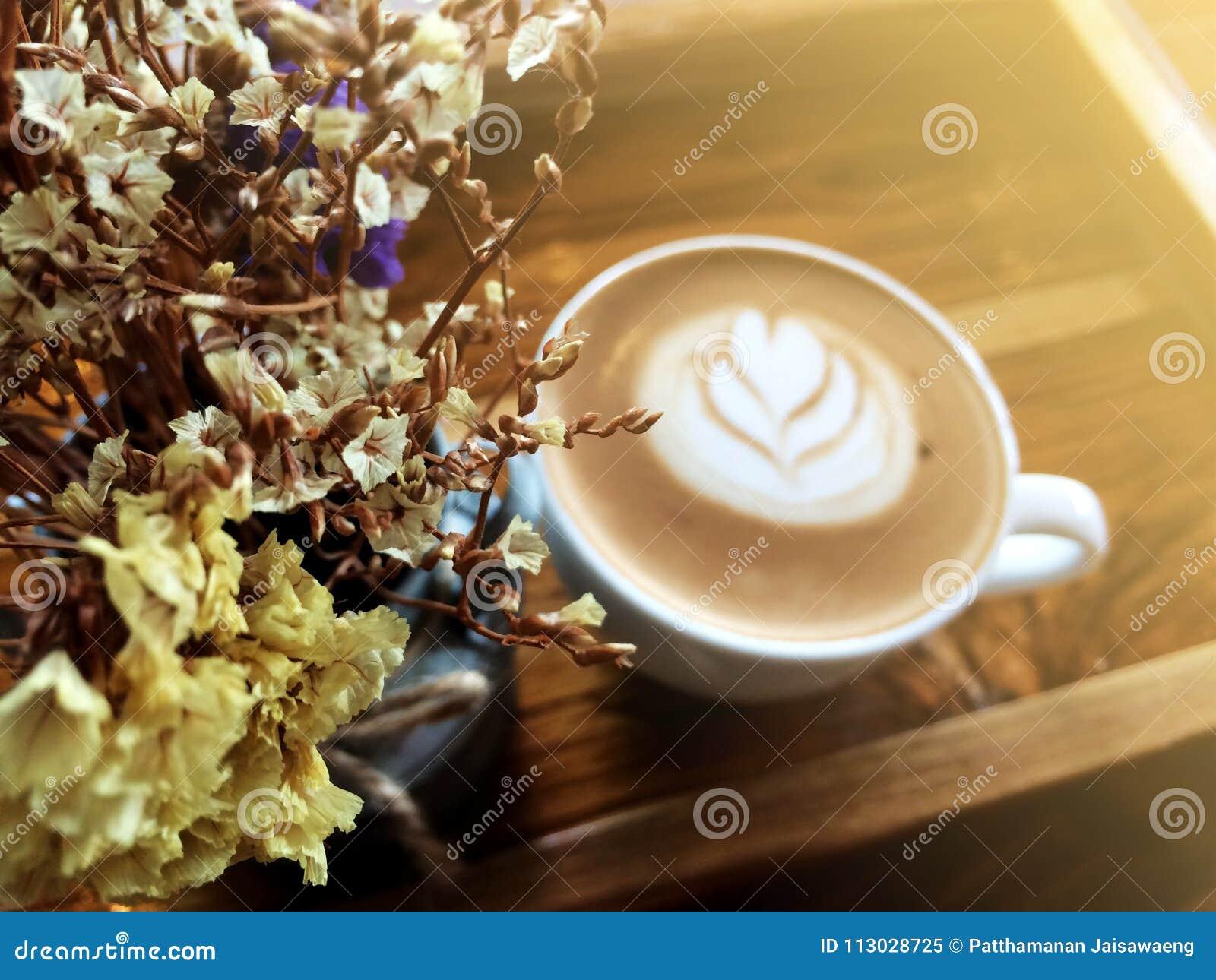 Flores y Latte secos Art Coffee Background