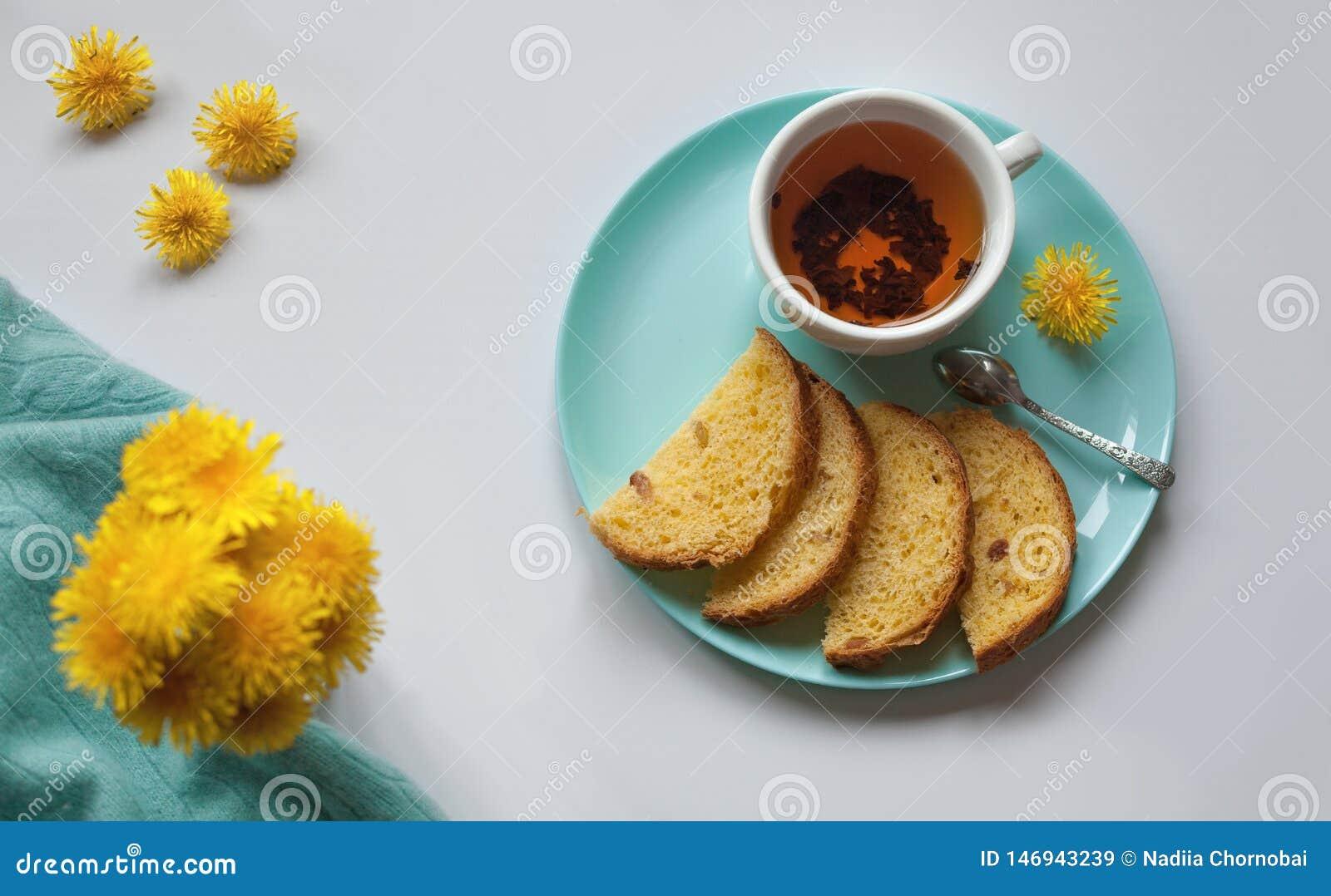 Flores y té puestos planos del diente de león de la pizca de Hygge