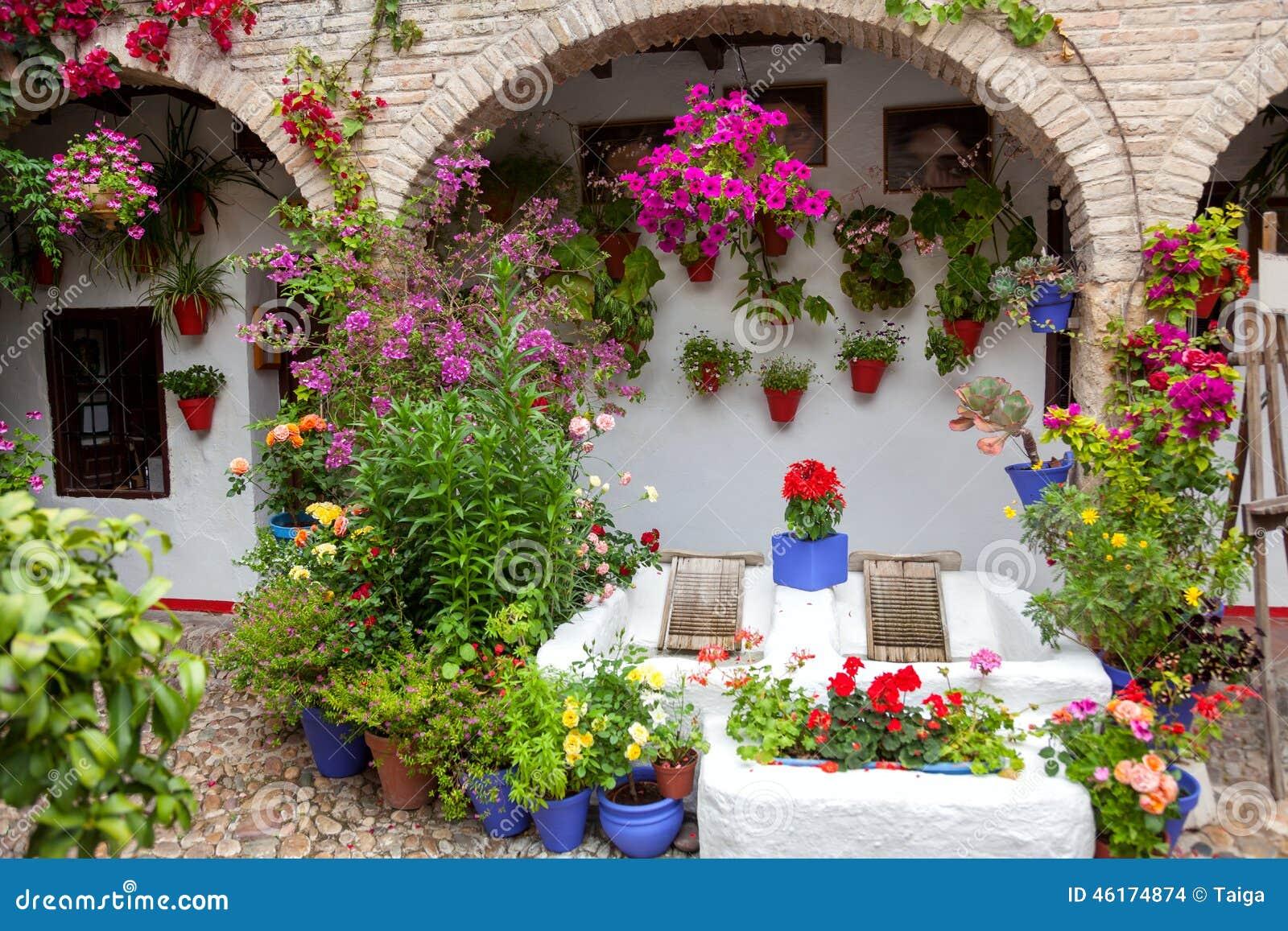 Floresce a decoração do pátio do vintage, casa típica em Cordob